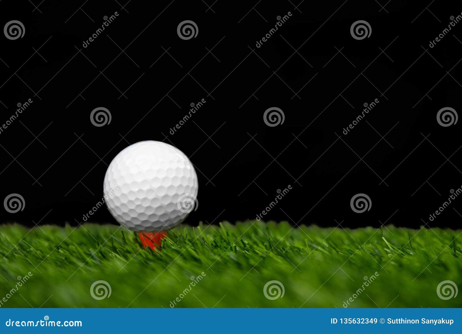 Pelota de golf en la camiseta lista para ser tiro