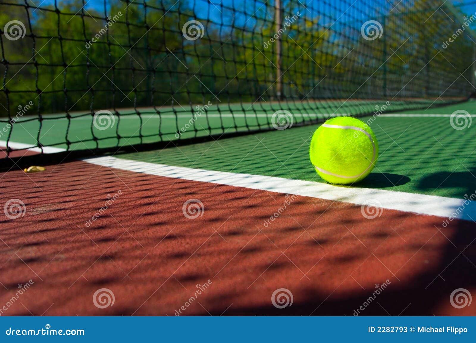 Pelota de tenis en corte