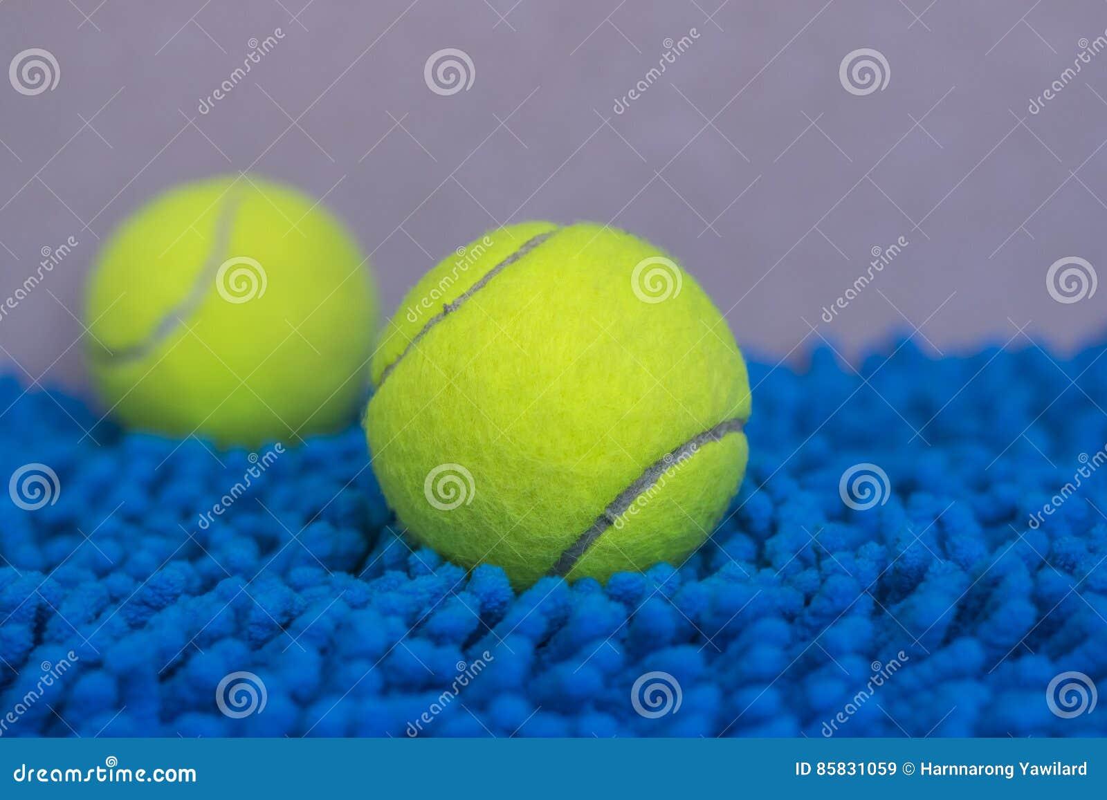Tenis pelota stock de ilustracion ilustracion libre de stock de - Pelota De Tenis En La Estera Azul Stock De Ilustraci N