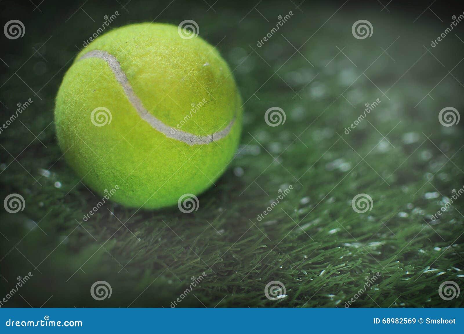 Pelota de tenis en la hierba verde