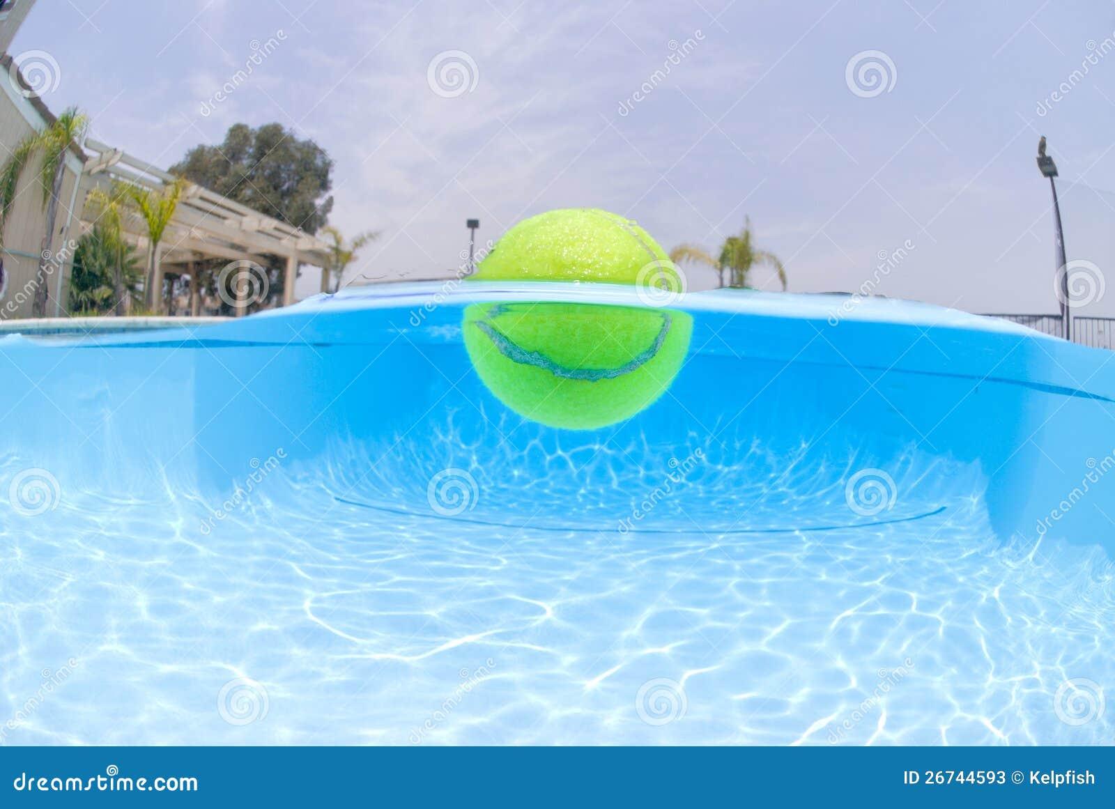 Pelota de tenis en piscina fotos de archivo imagen 26744593 for En pelotas en la piscina