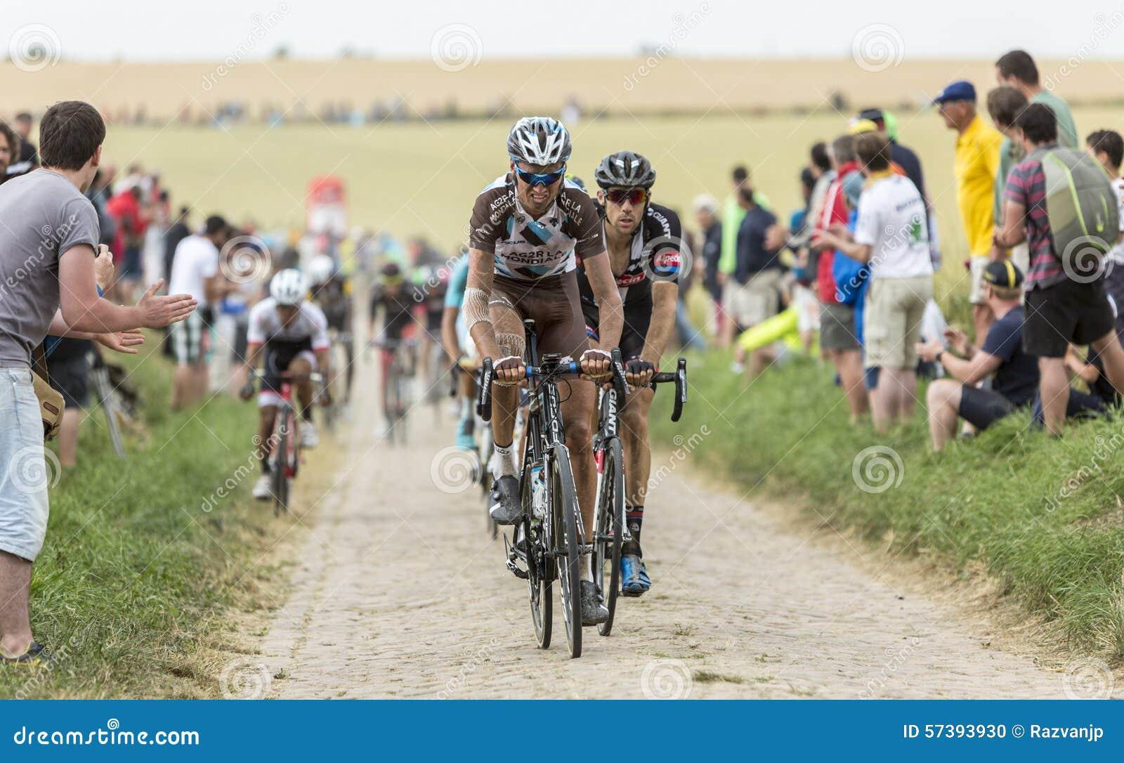 Peloton op een Keiweg - Ronde van Frankrijk 2015
