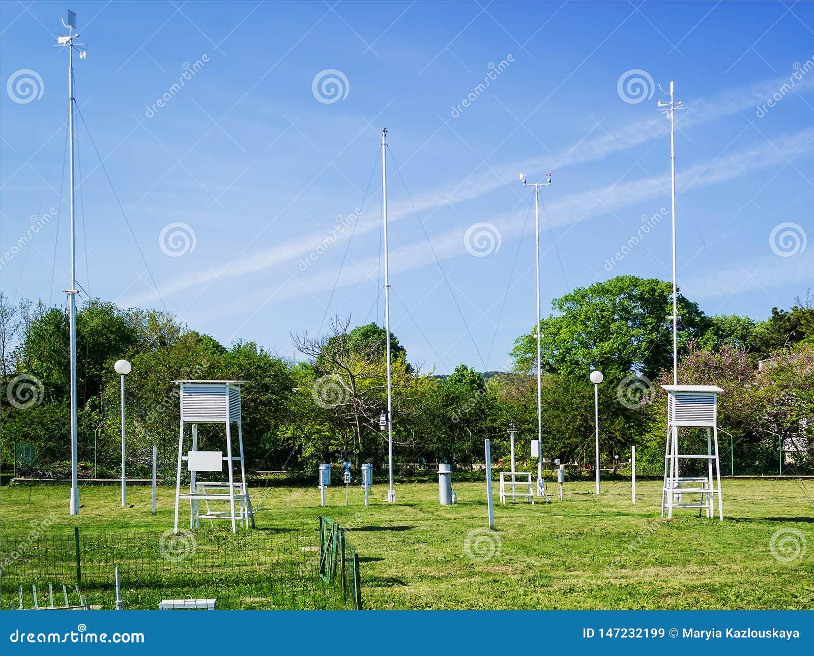 Pelouse avec les instruments météorologiques pour mesurer la vitesse du vent, la température et l humidité un jour ensoleillé d é