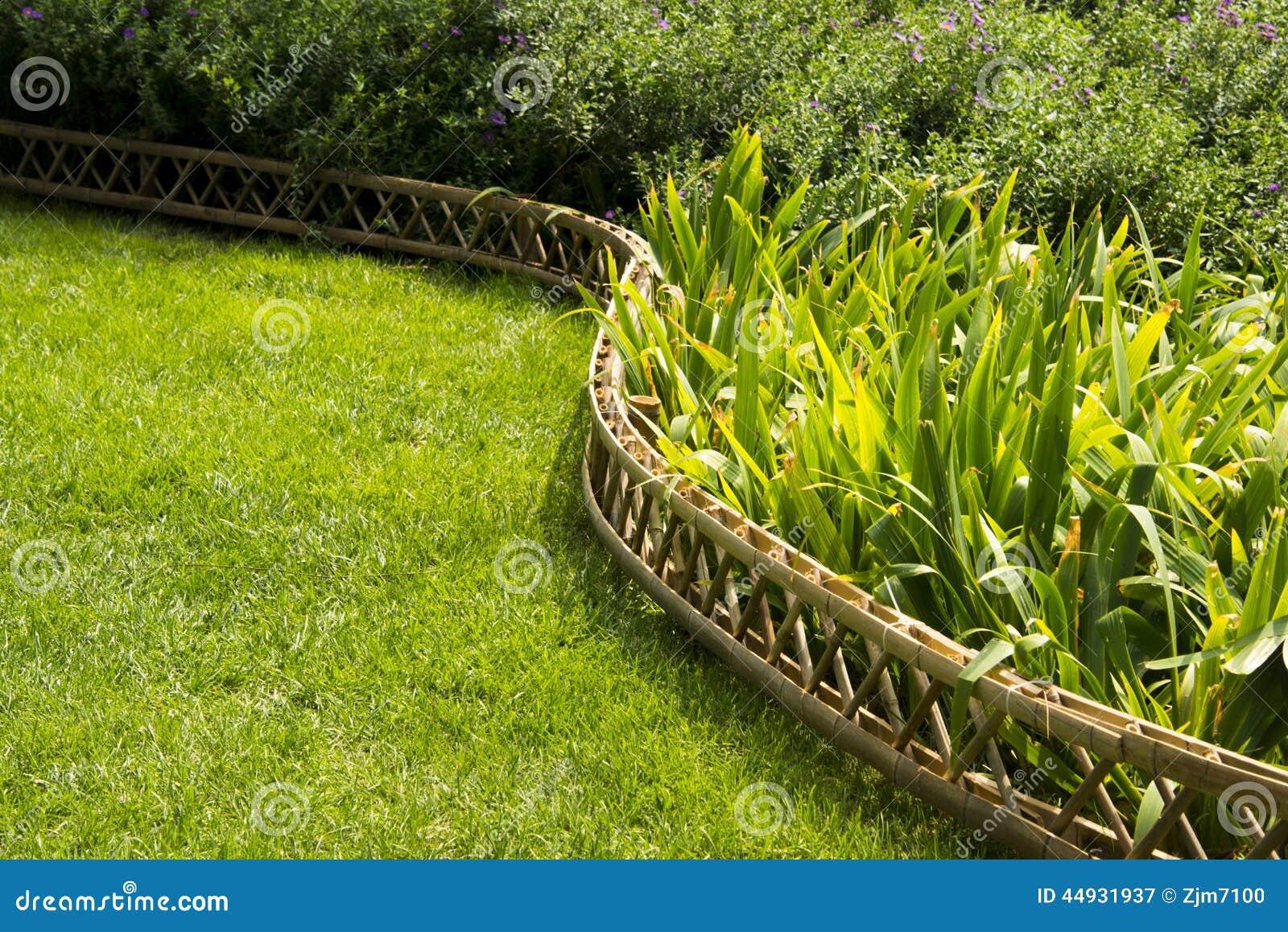 Pelouse, Barrière En Bambou Image stock - Image du horizontal, forme ...