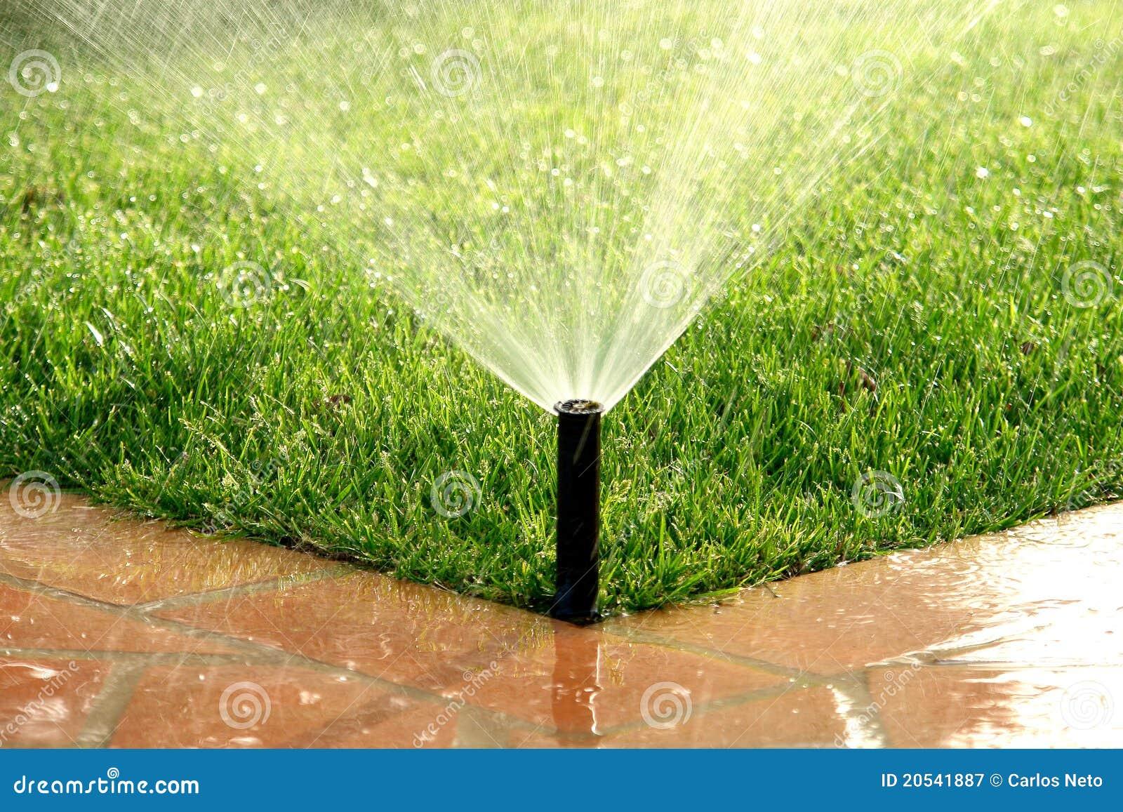 Pelouse de arrosage automatique de syst me d 39 irrigation de jardin photogr - Systeme irrigation jardin ...