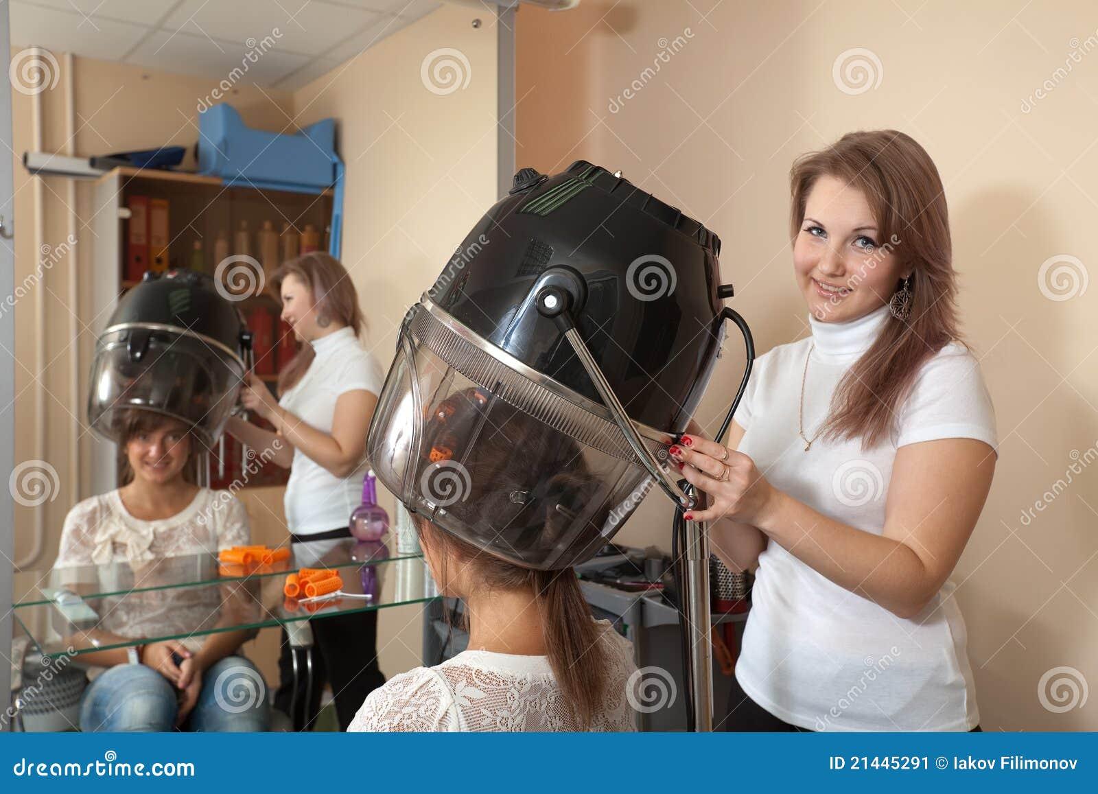 Peluquero que trabaja con el secador de pelo imagen de archivo imagen de hermoso peine 21445291 - Secador de pelo ...