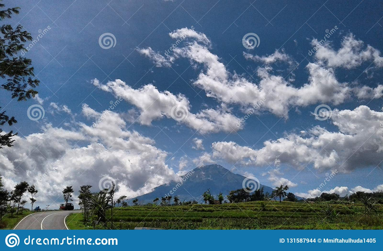Unduh 45 Background Pemandangan Awan HD Paling Keren