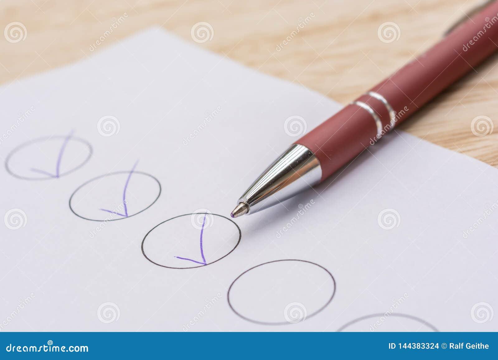 Pen en een lijst van voltooide taken op een bureau