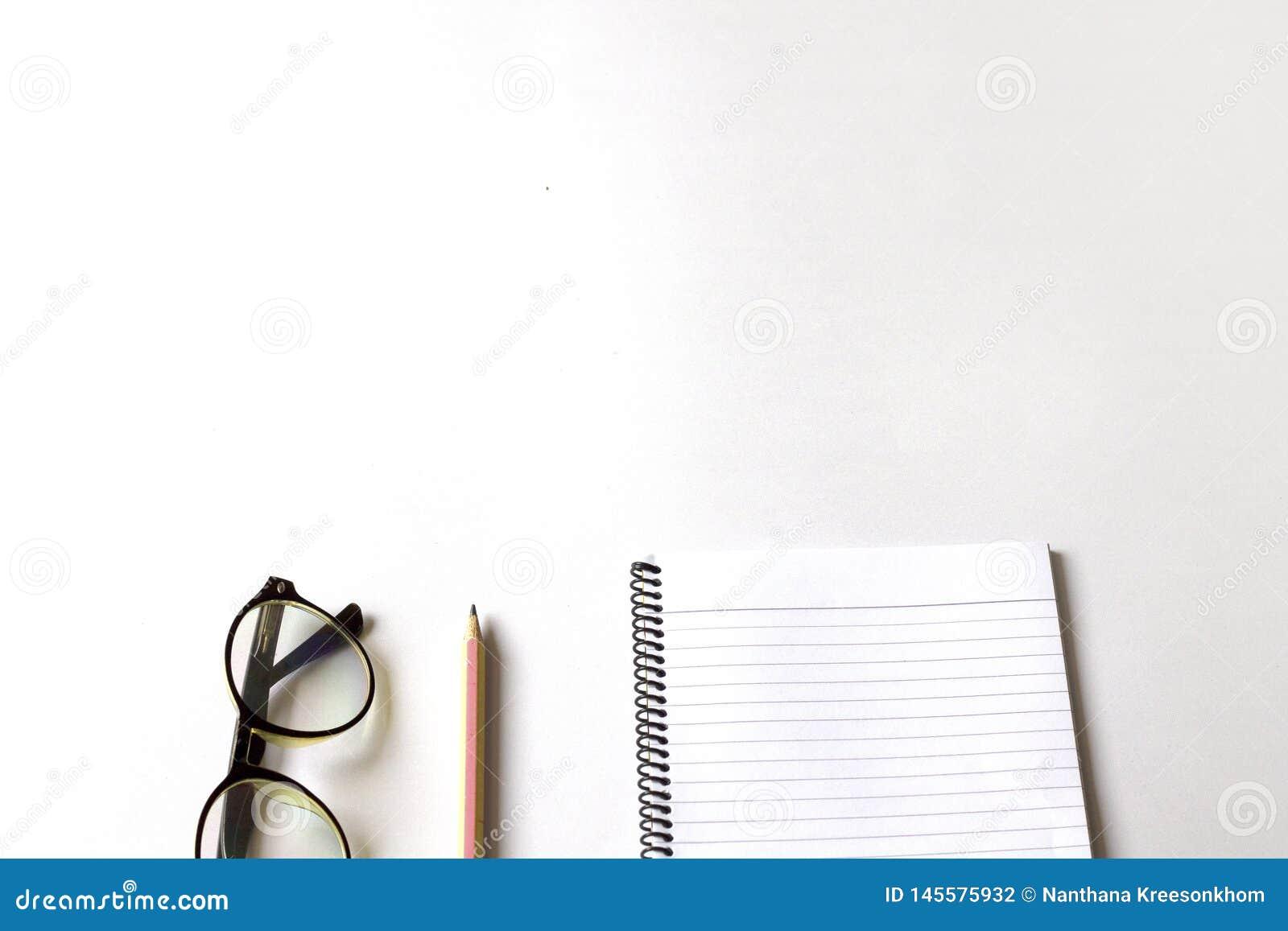 Pen en notitieboekje op een witte achtergrond
