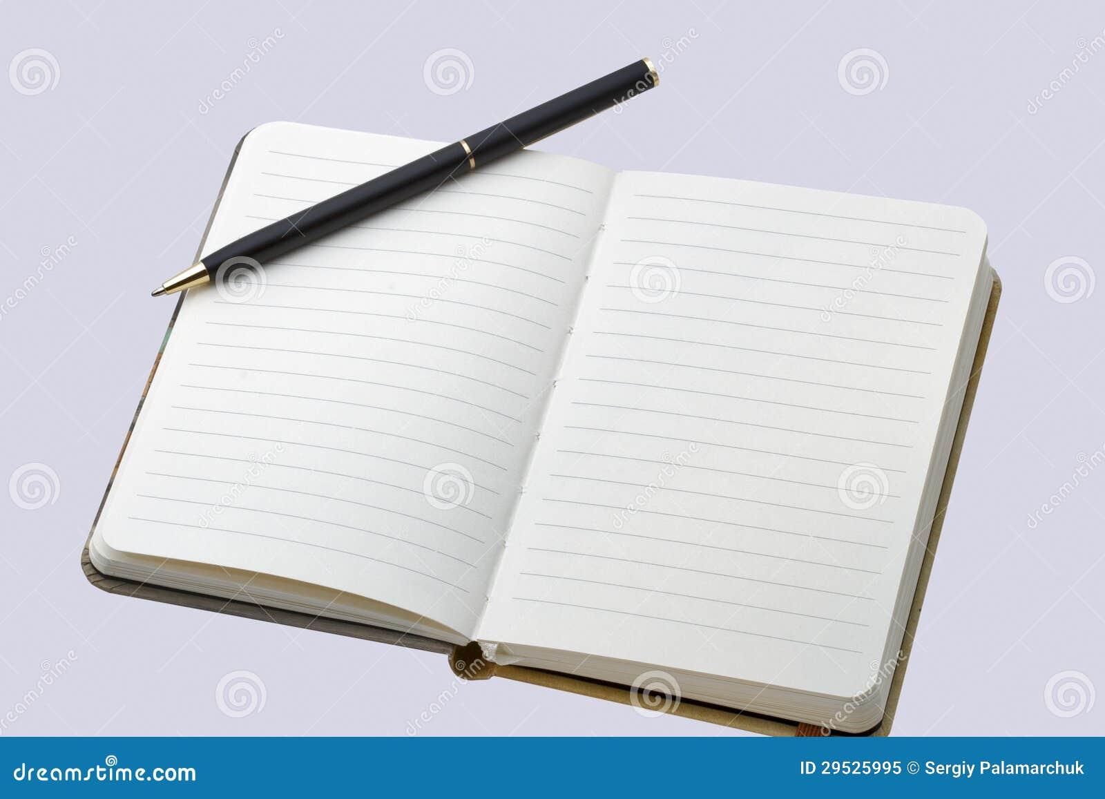 Pena de fonte no livro aberto do livro encadernado