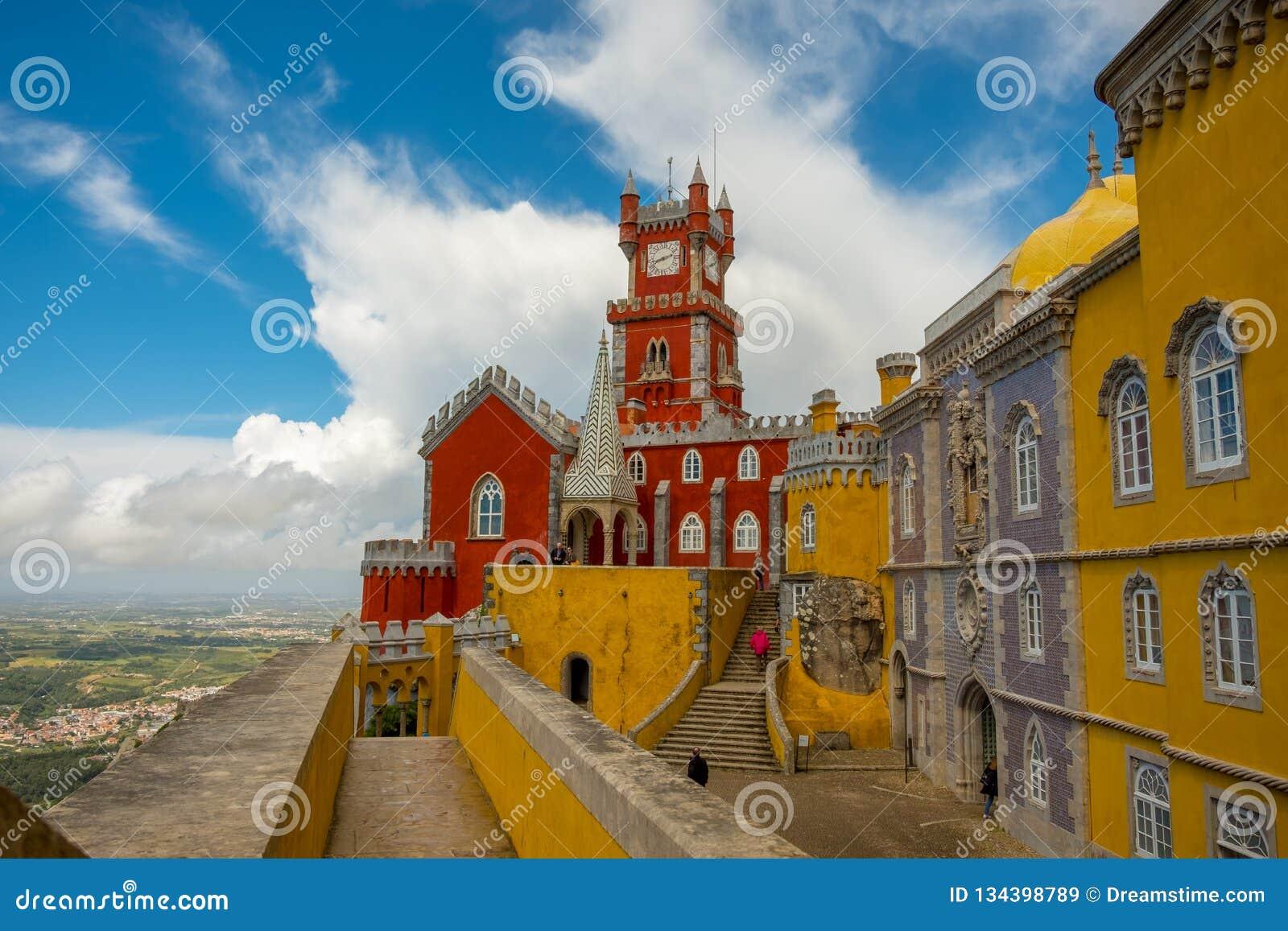 Pena pałac wszystko w kolorze żółtym i czerwieni