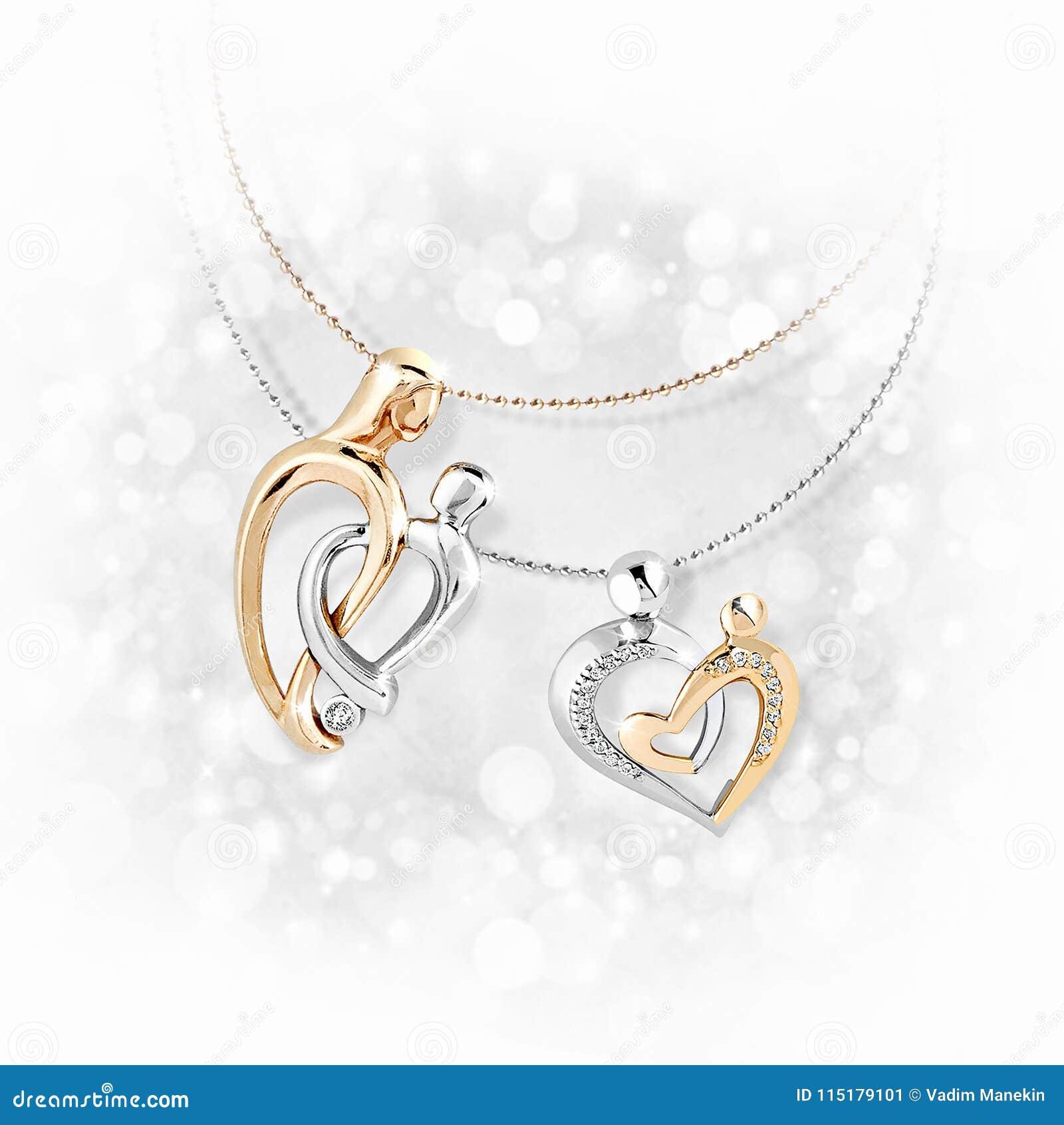 Pendants d or avec des diamants sur le fond blanc