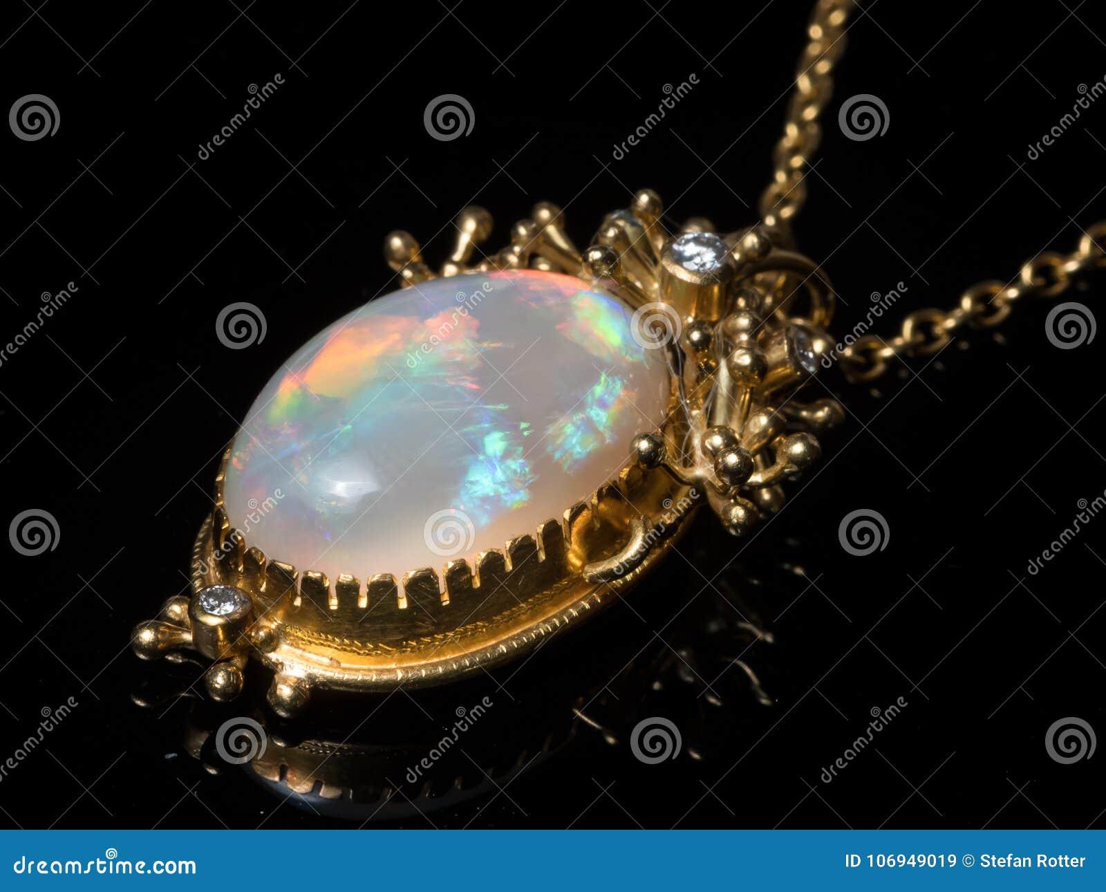 Pendente di una collana fatta di oro, pietra preziosa opalina