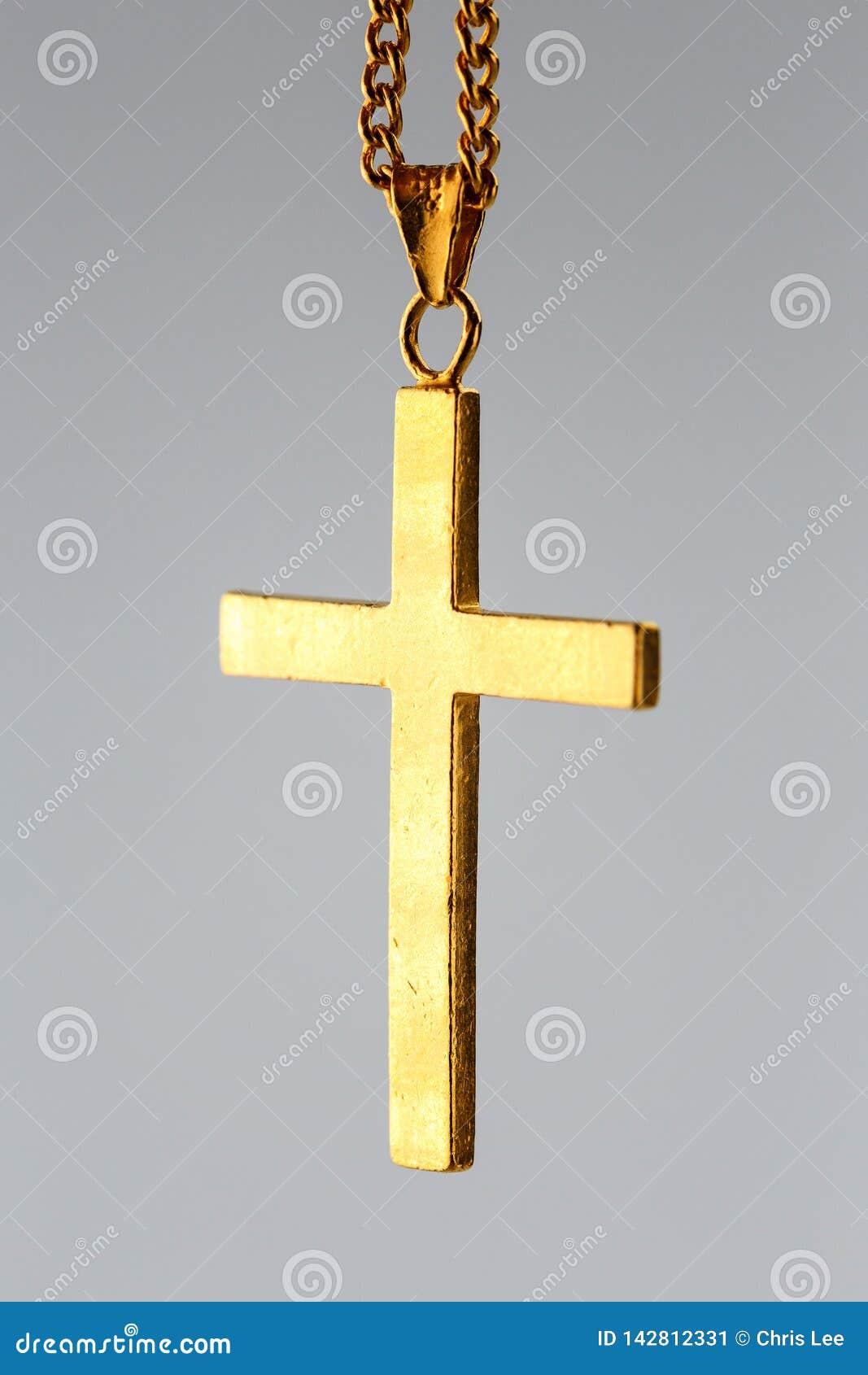 Pendente transversal dourado na corrente do ouro