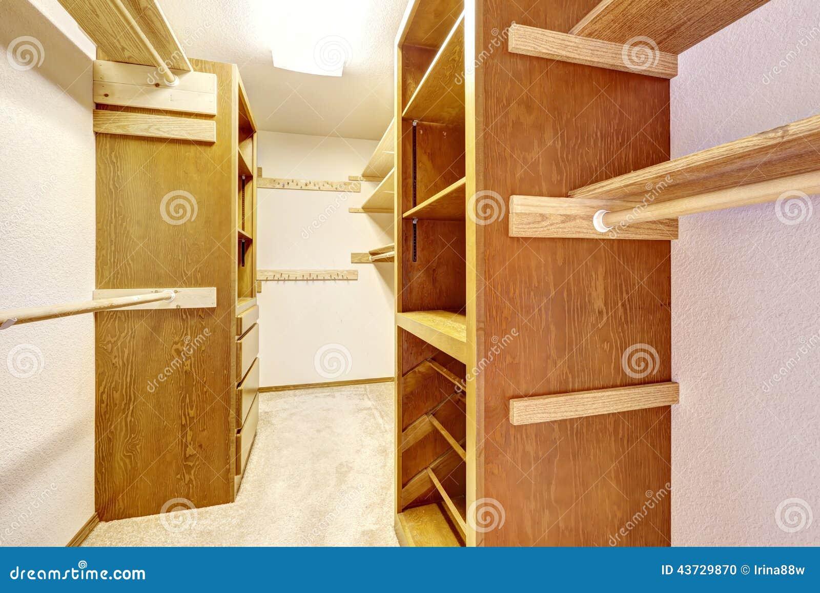 Penderie dans la maison vide photo stock image 43729870 - Penderie maison ...