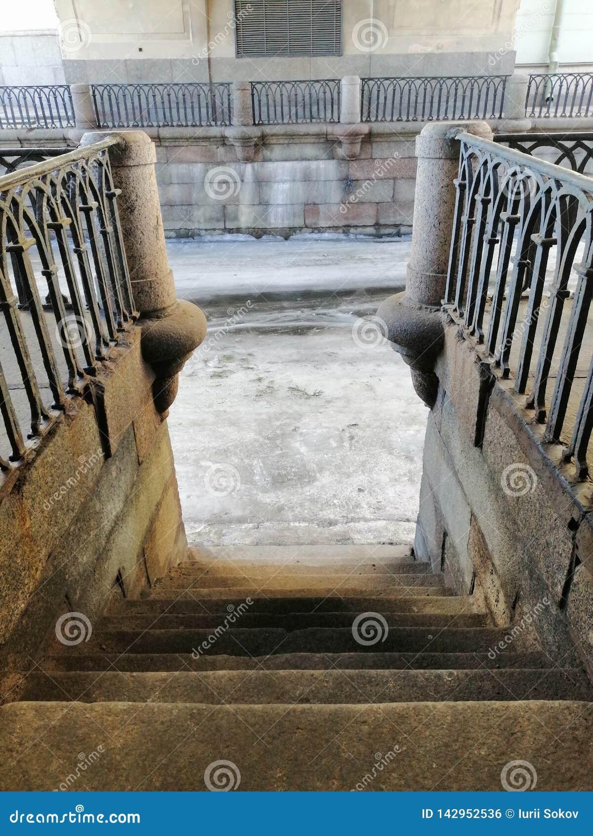 Pendiente en pasos antiguos al canal congelado