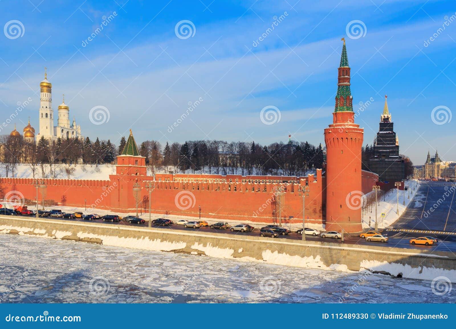 Pendiente yevskiy del ` de Vasil al lado de Moscú el Kremlin Visión desde el puente shoy de Moskvoretskiy del ` de Bol