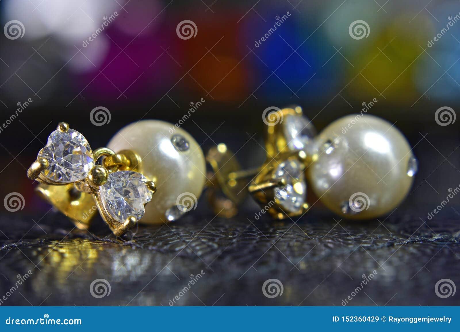 Pendientes de la perla del oro adornados con los diamantes hermosos