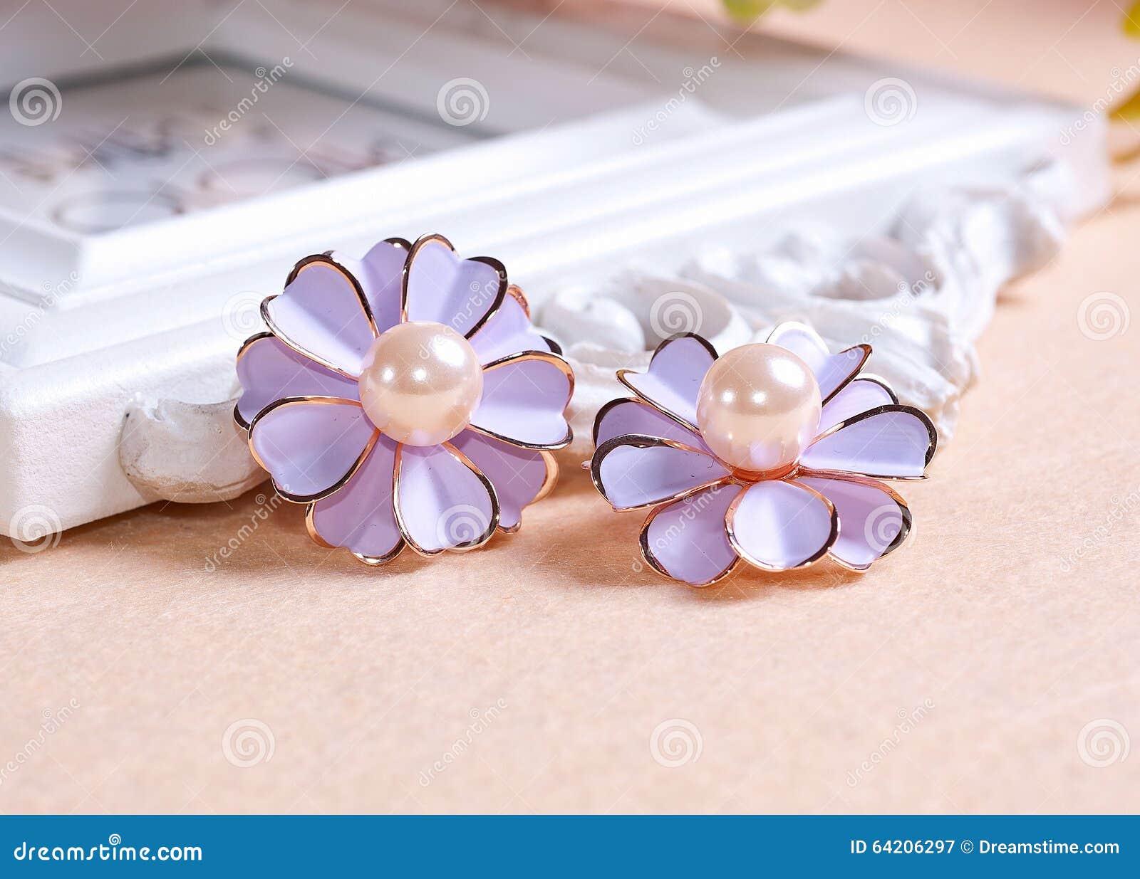 Pendientes púrpuras pálidos de la margarita