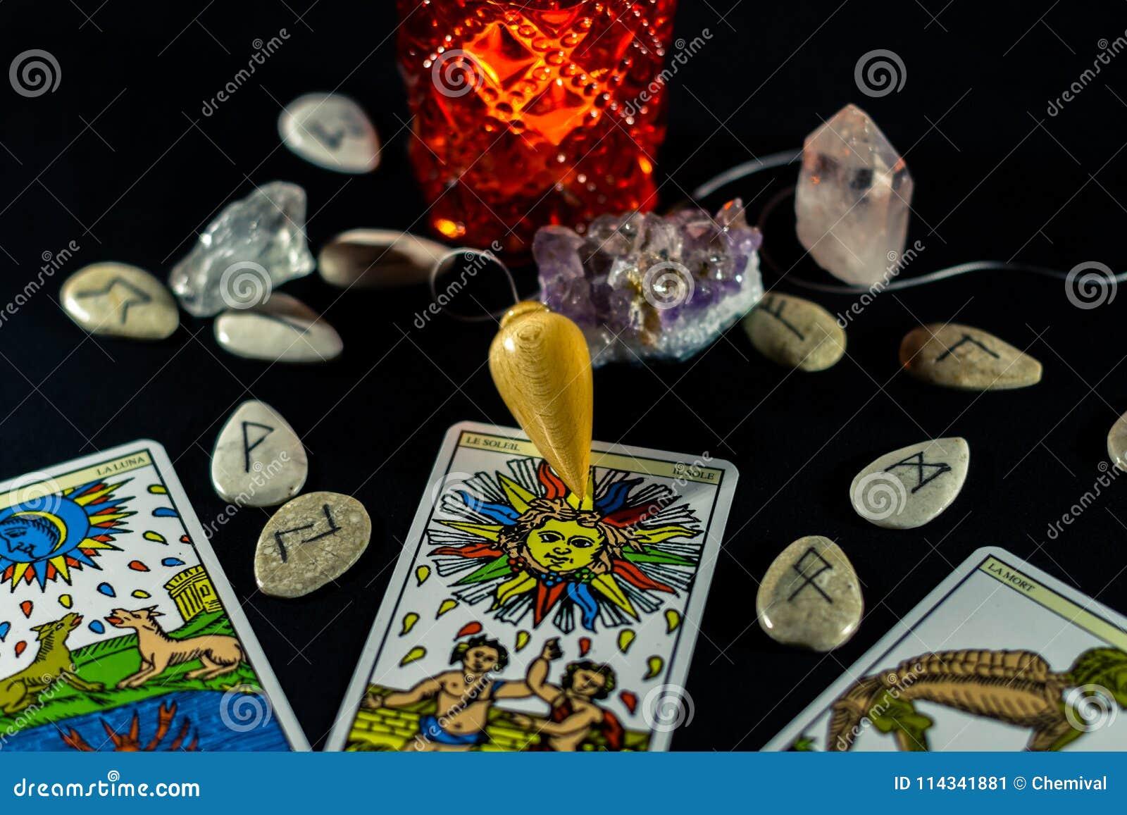 Pendule De Radiesthesie Avec Le Tarot Et Les Runes Image Stock Image Du Pendule Runes 114341881