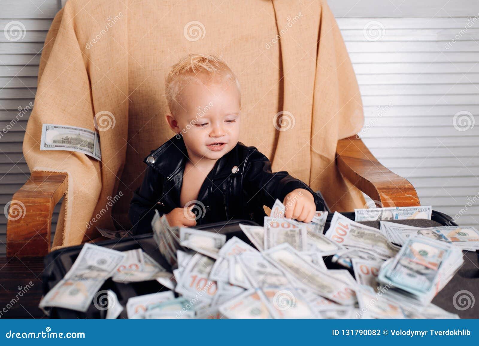 Pengar är inget problem Småbarnet gör affärsredovisning i startföretag Startaffärskostnader Liten entreprenör
