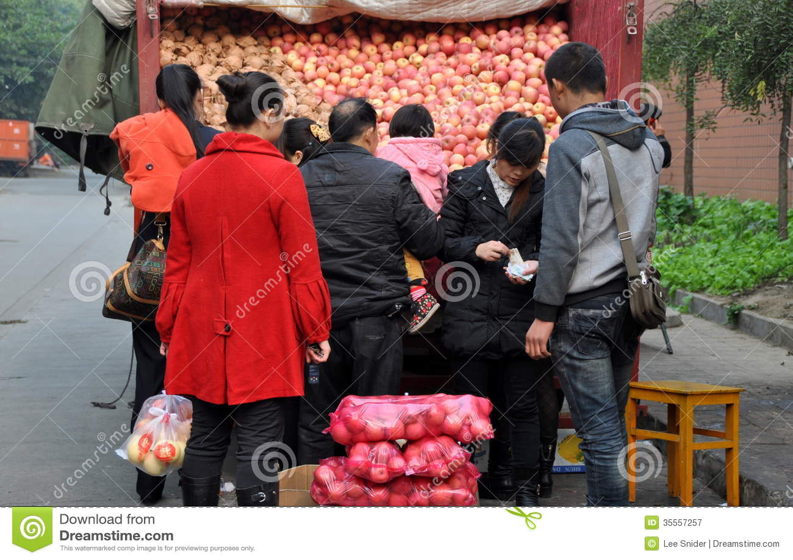 Pengzhou, Κίνα: Άνθρωποι που αγοράζουν τα μήλα