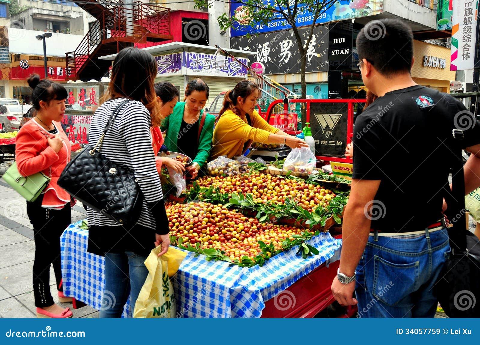 Pengzhou, Κίνα: Άνθρωποι που αγοράζουν τις φρέσκες ημερομηνίες