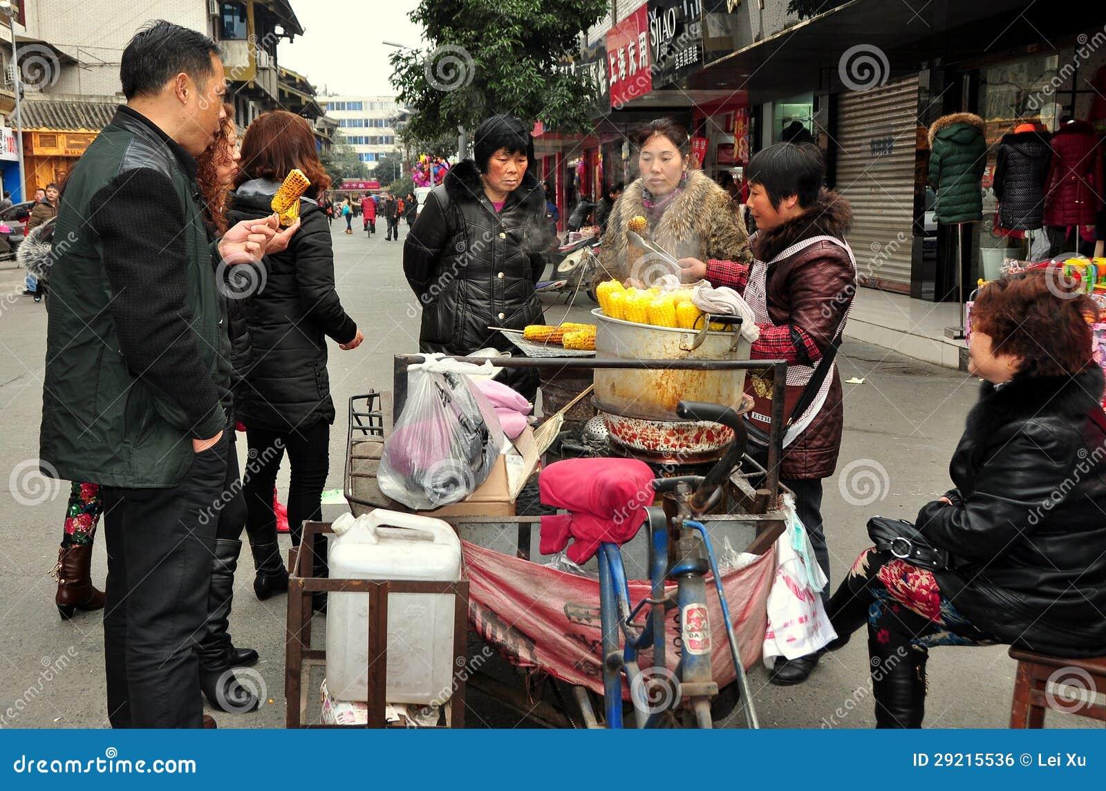 Pengzhou, Κίνα: Άνθρωποι που αγοράζουν το καλαμπόκι