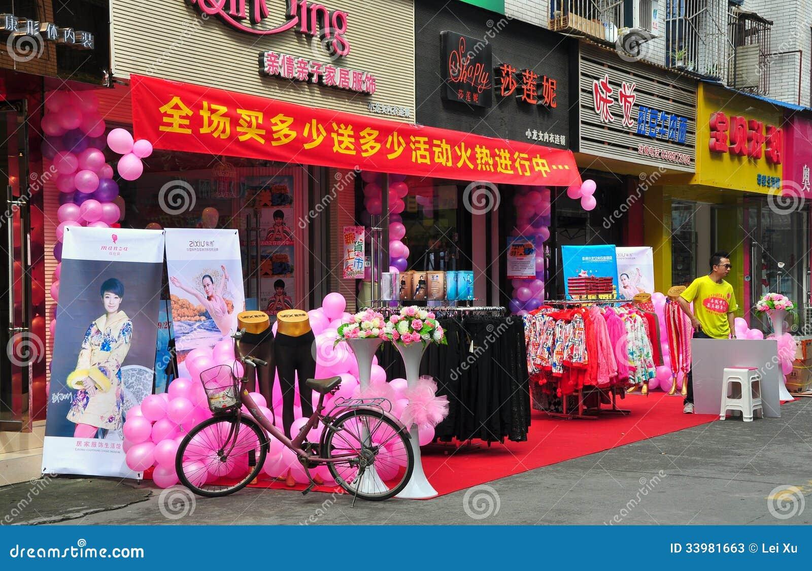 Pengzhou, Κίνα: Μεγάλο άνοιγμα καταστημάτων ενδυμασίας