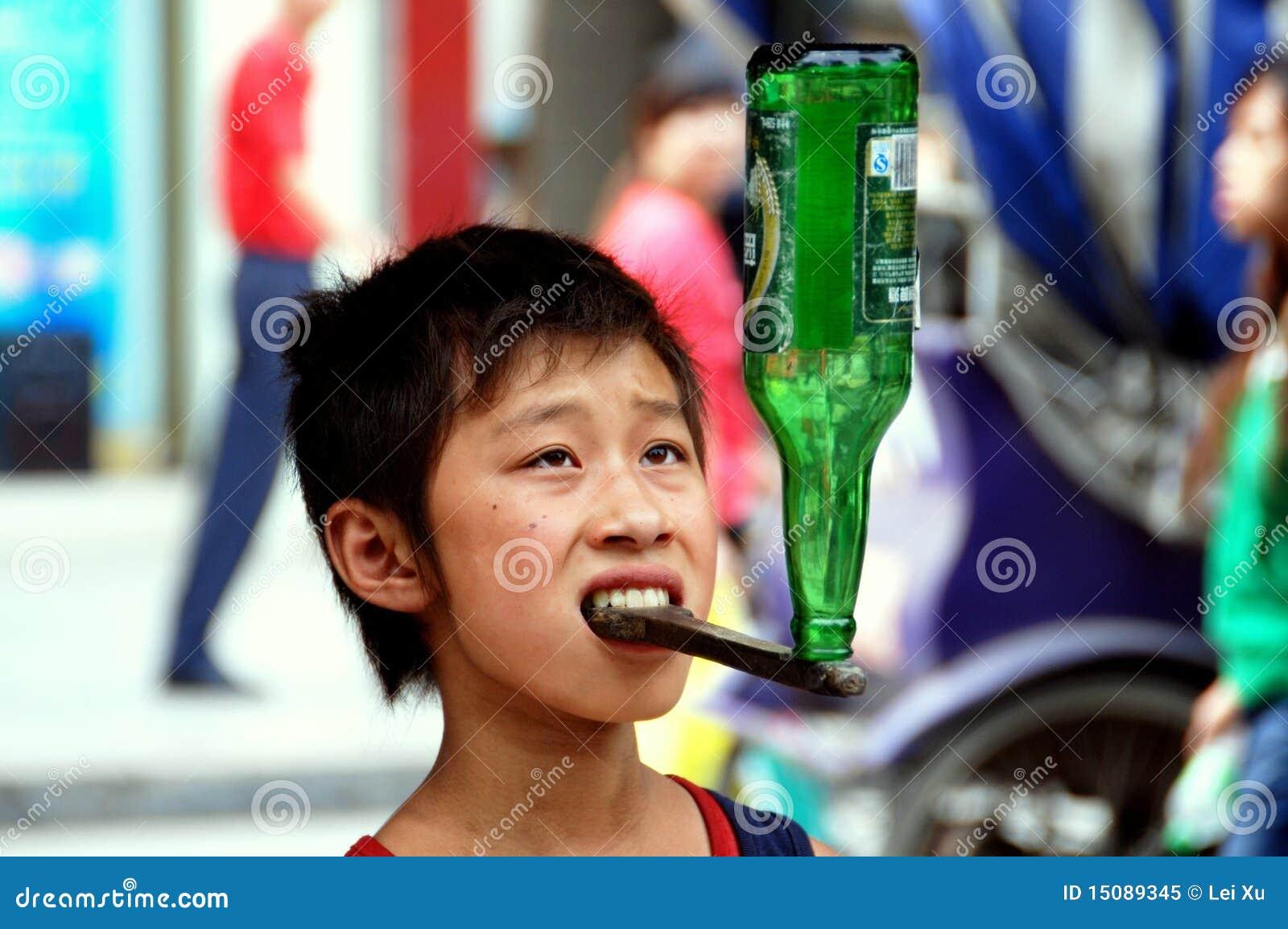 Pengzhou, China: Little Boy que balança o frasco