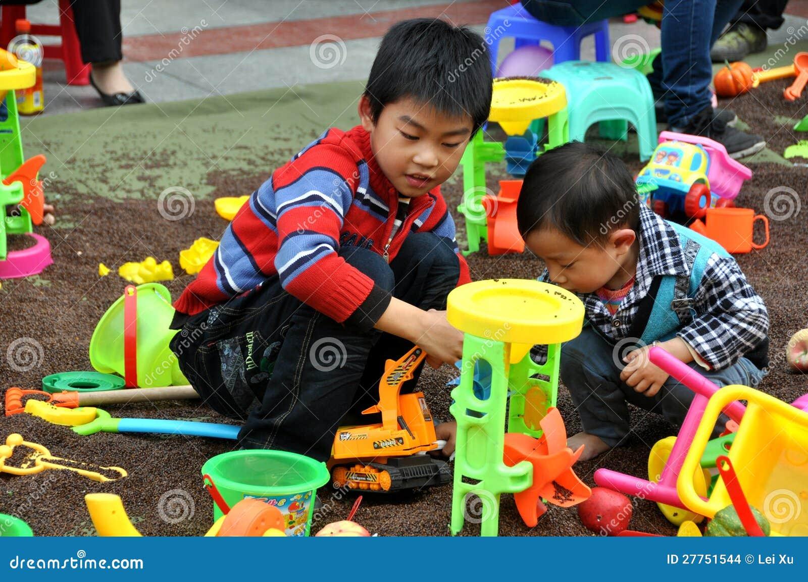 Pengzhou, Chine : Enfants à la pièce avec des jouets