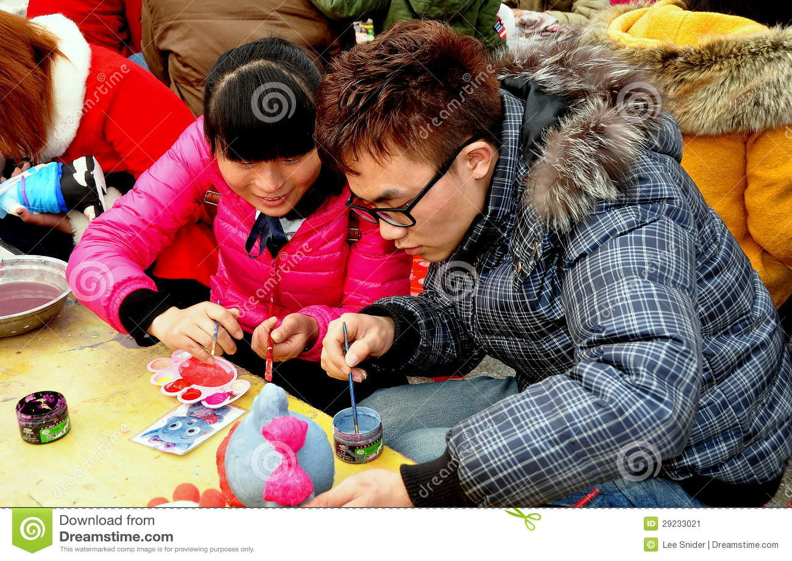 Pengzhou, Chiny: Nastoletnia para obrazu figurka