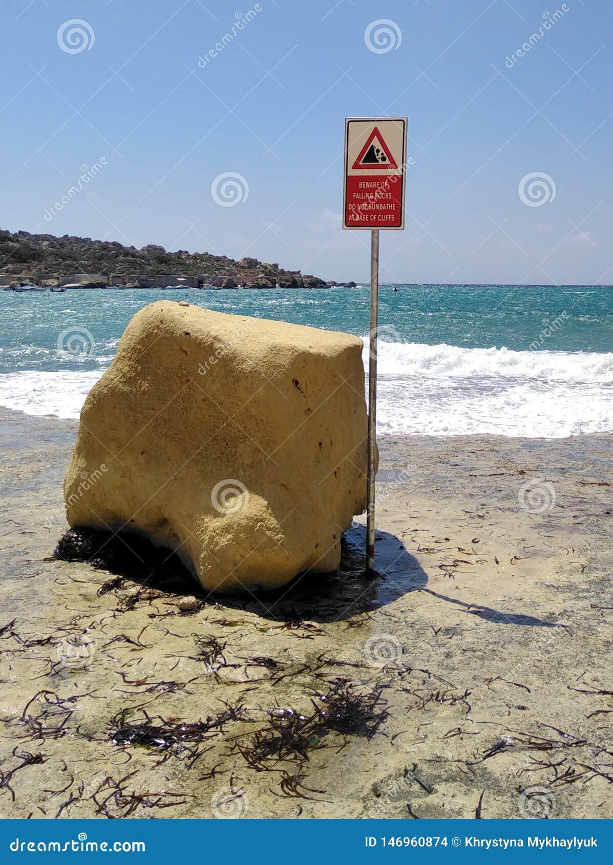 Penhascos de queda das rochas do perigo