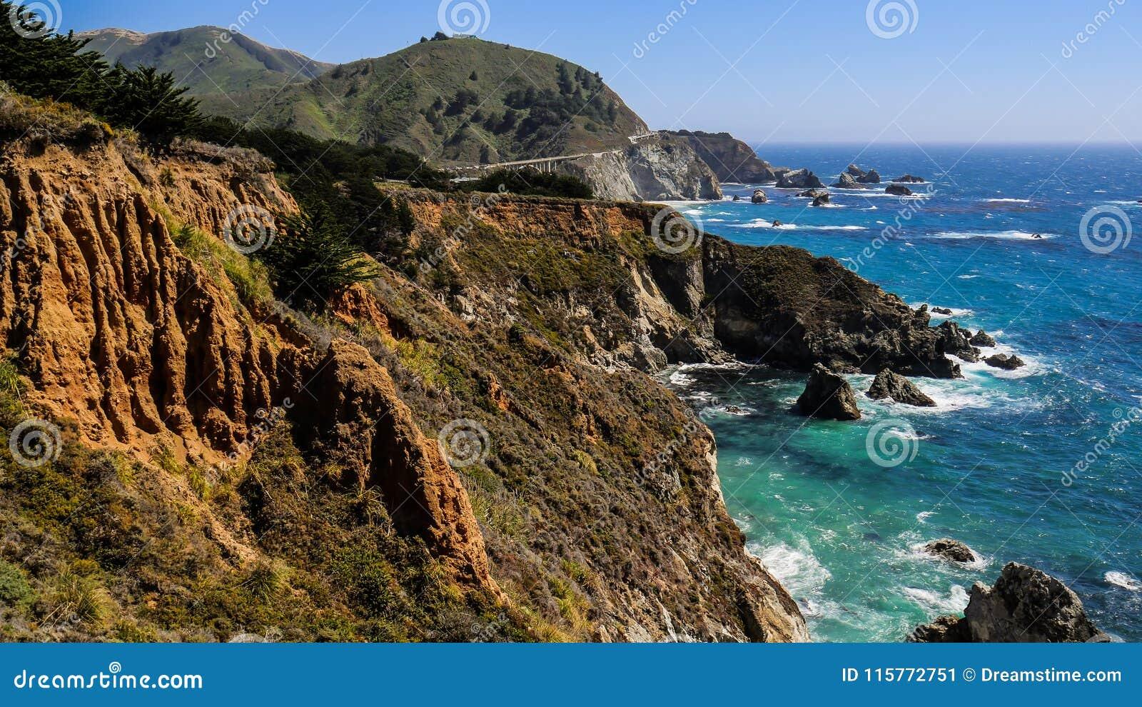 Penhascos do beira-mar e mar azul do espaço livre em Big Sur, Califórnia, EUA