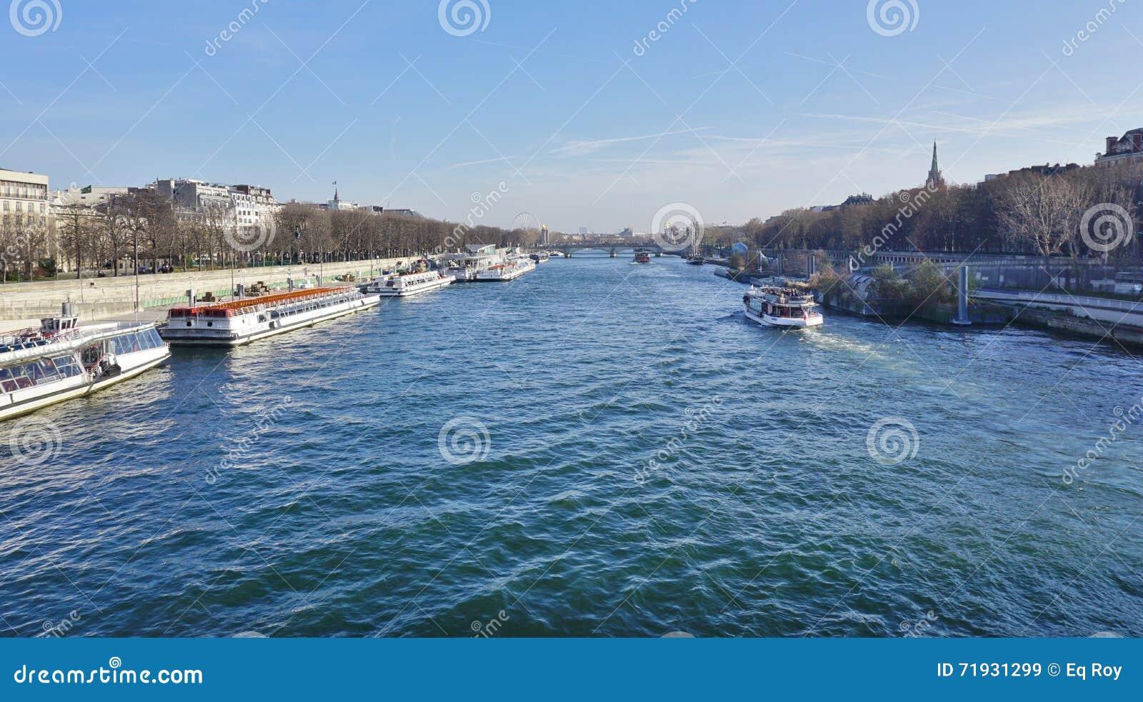 Peniche и туристские шлюпки на реке Сене в Париже