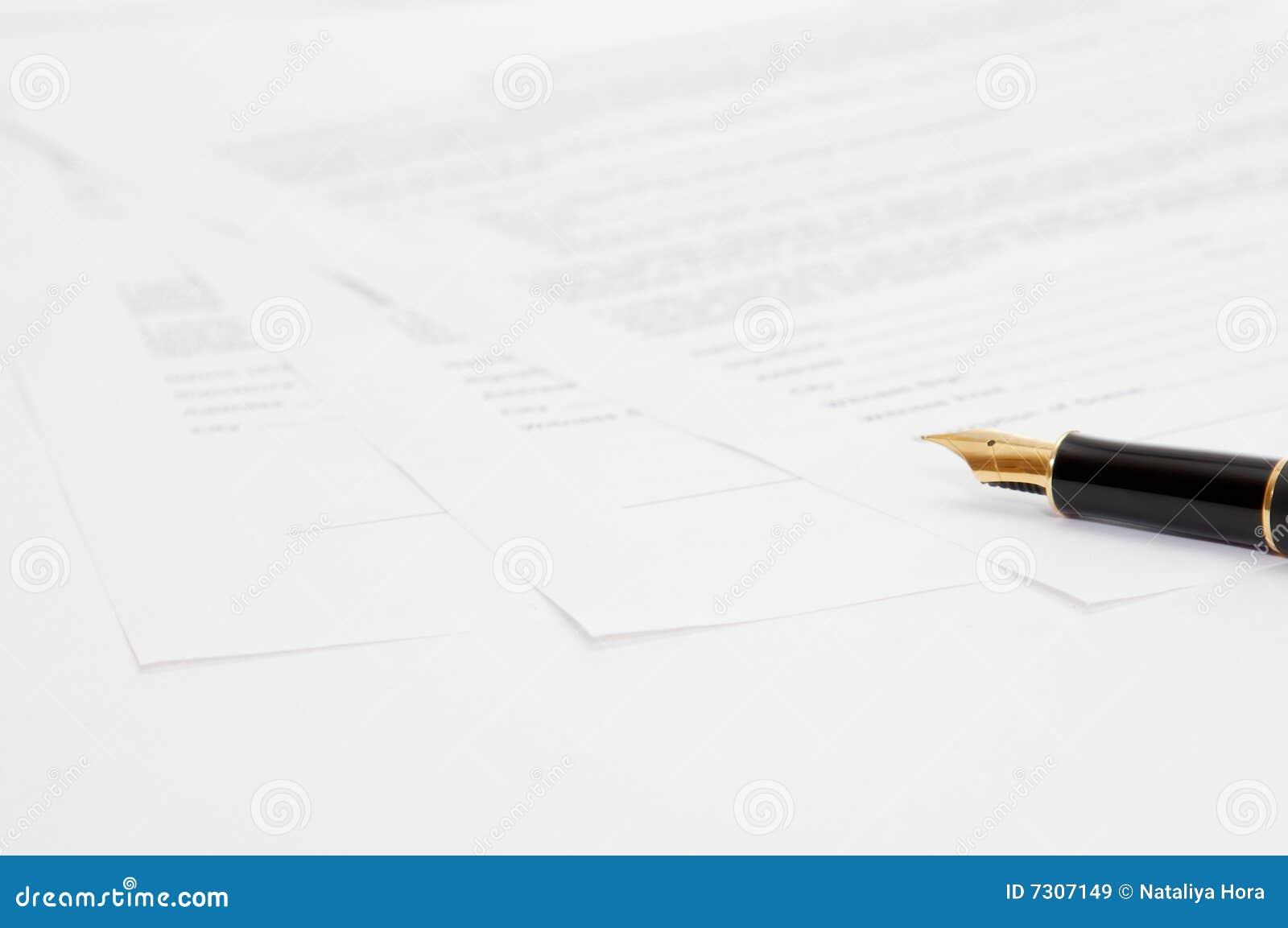 Penna dell inchiostro con i documenti
