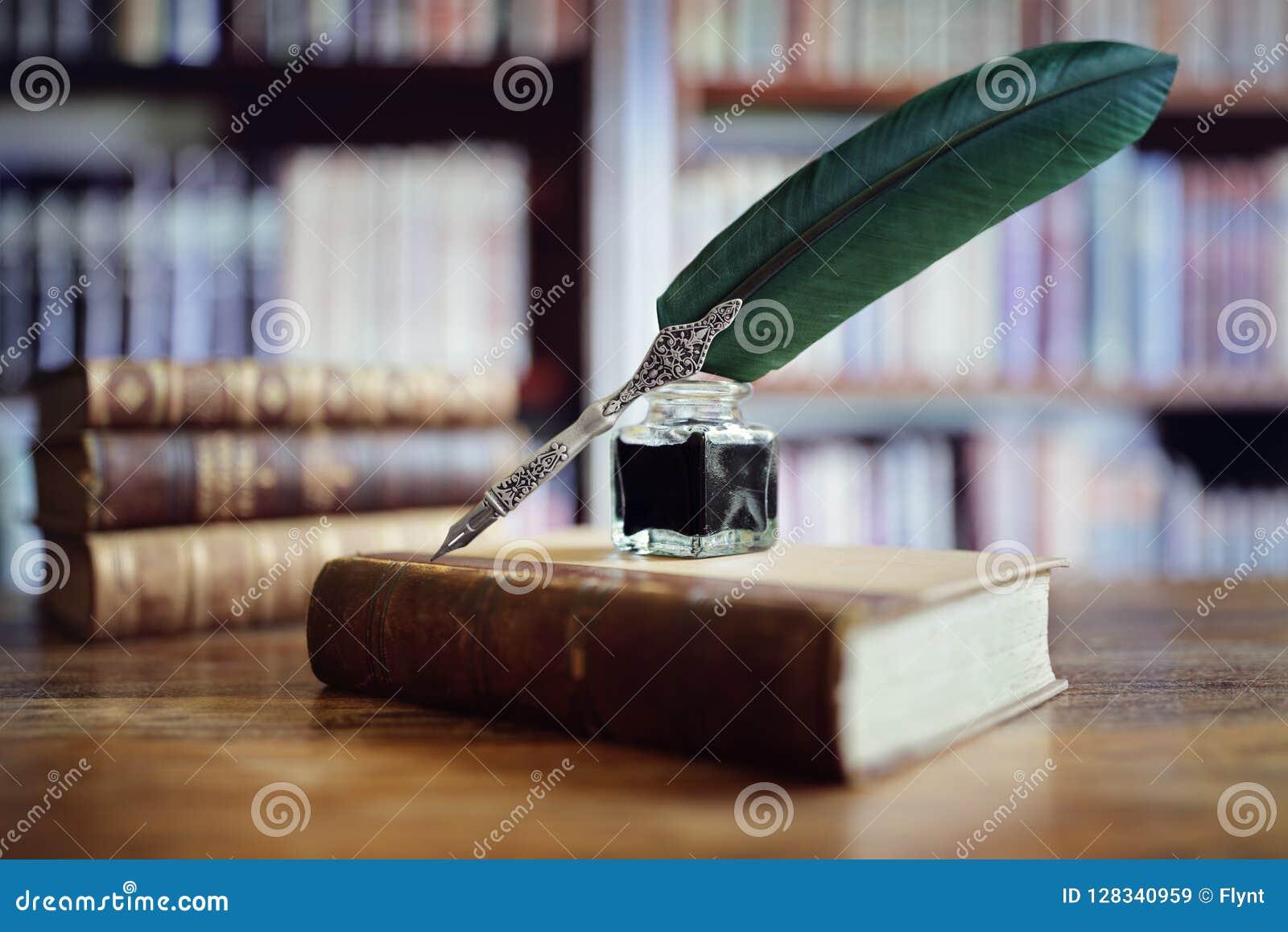 Penna di spoletta su un vecchio libro in una biblioteca