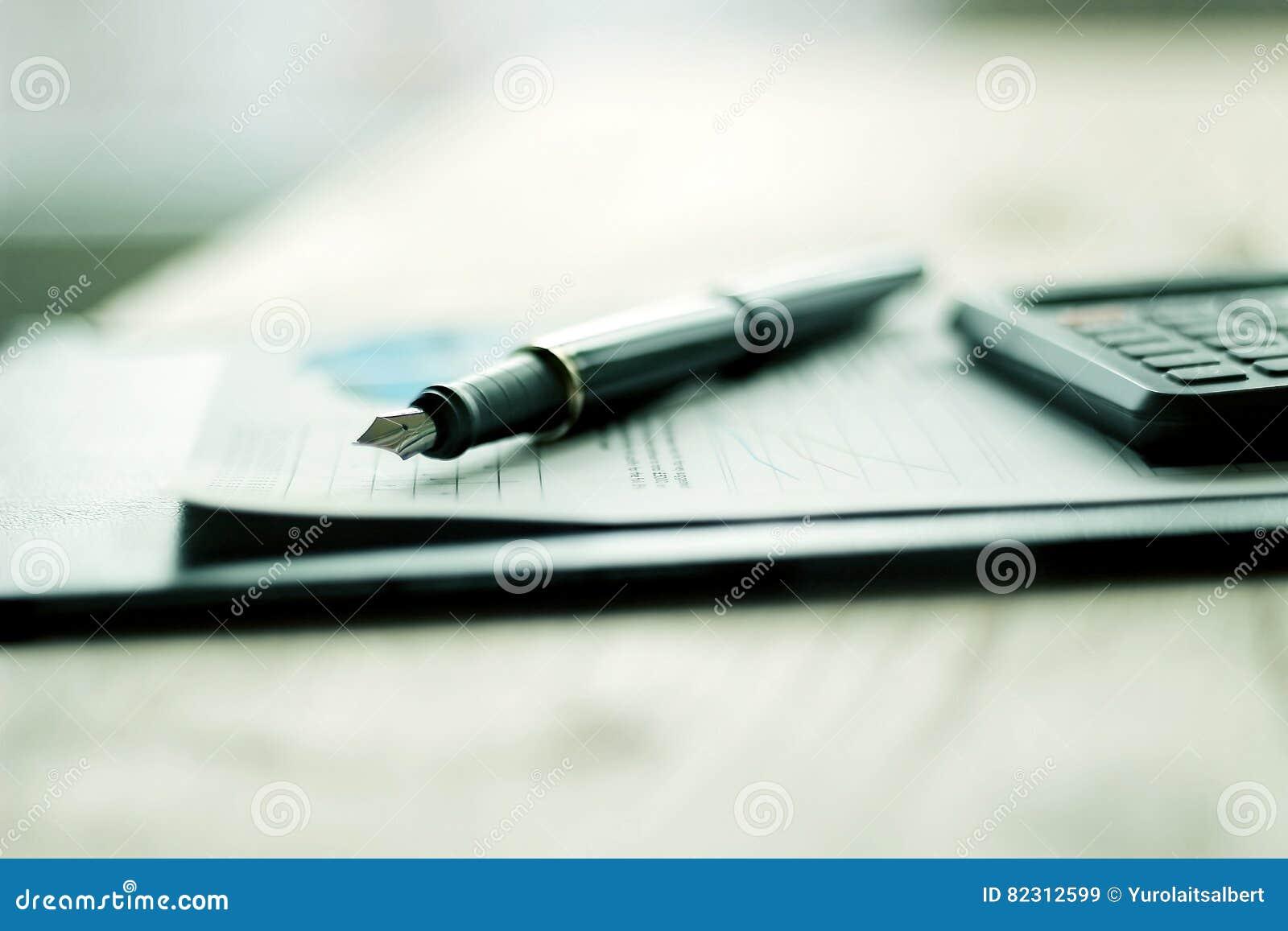 Penna, mobiltelefon och affärsdokumentation
