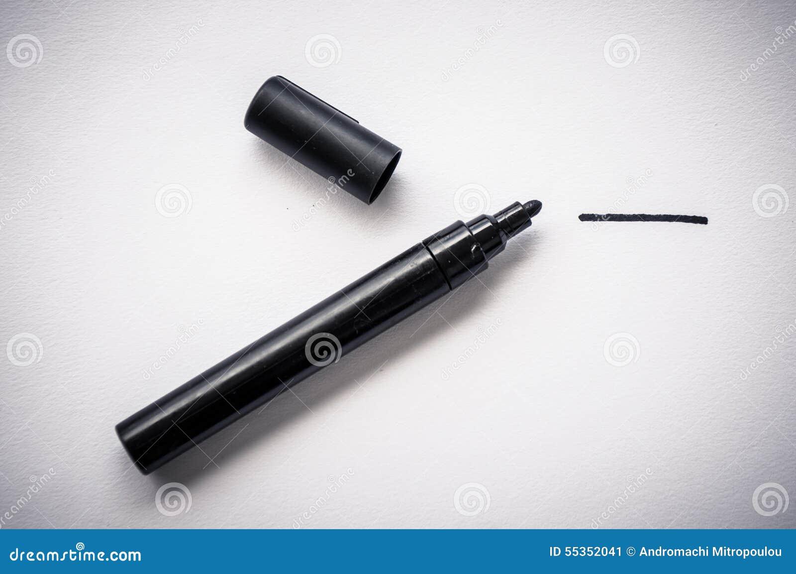 Penna nera e una linea disegnata a mano, isolata su fondo bianco