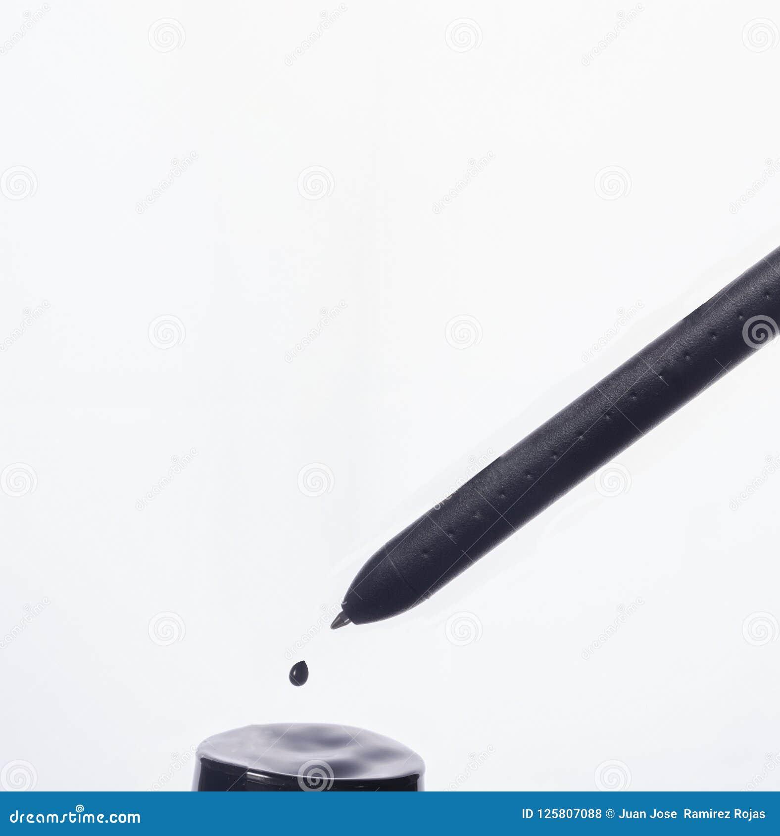 Penna nera su fondo bianco
