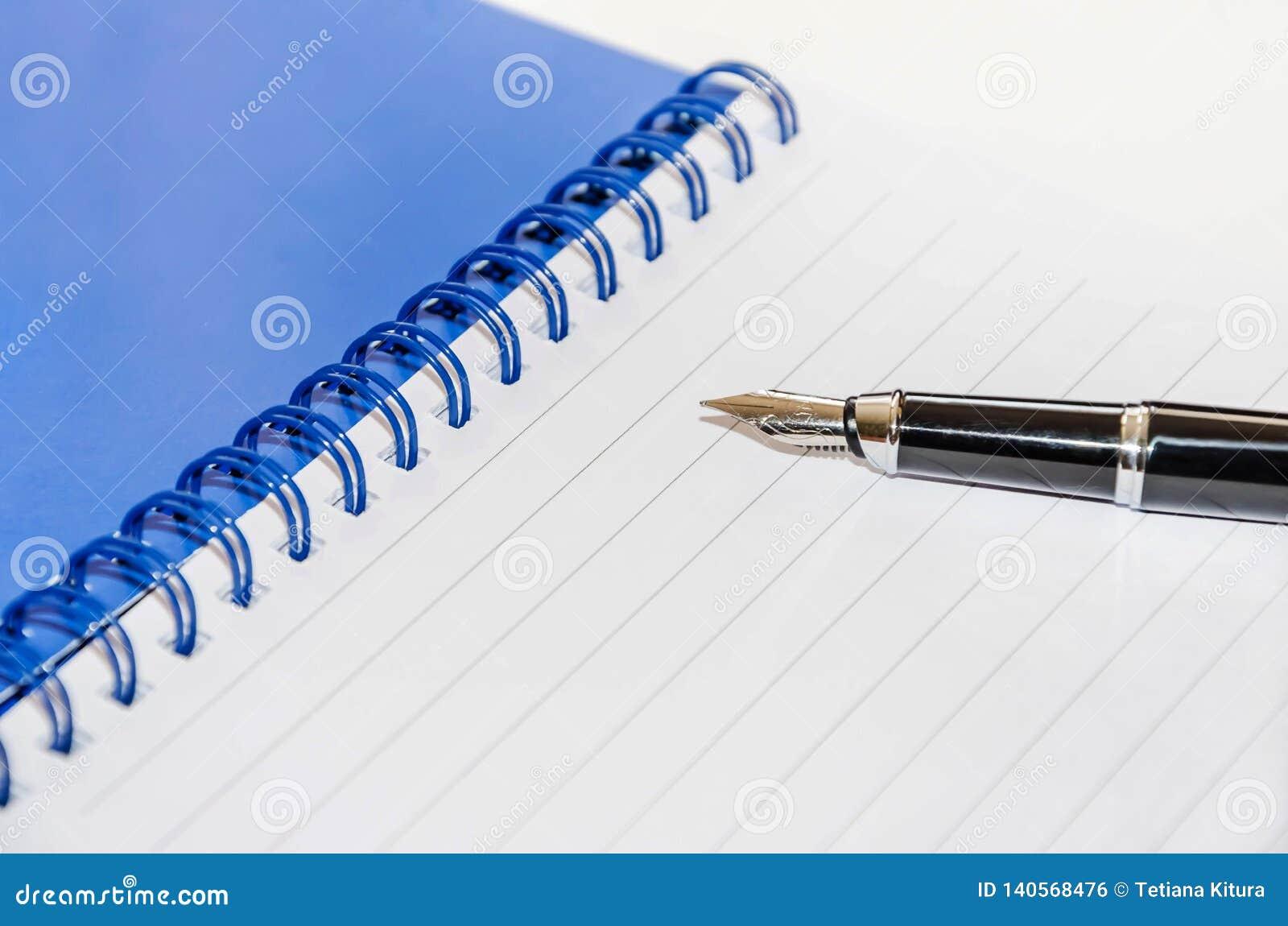 Penna och notepad på en vit bakgrund, närbild
