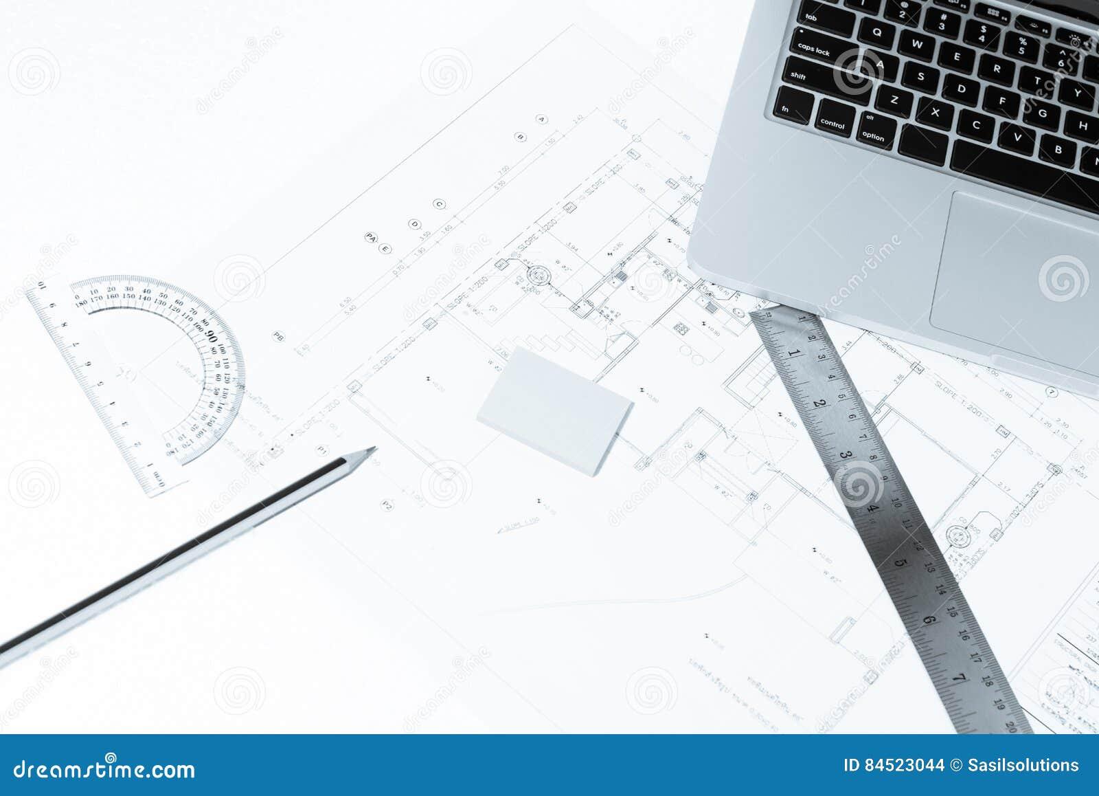 Penna righelli di disegno e taccuino sopra la costruzione for Disegno della casa di architettura