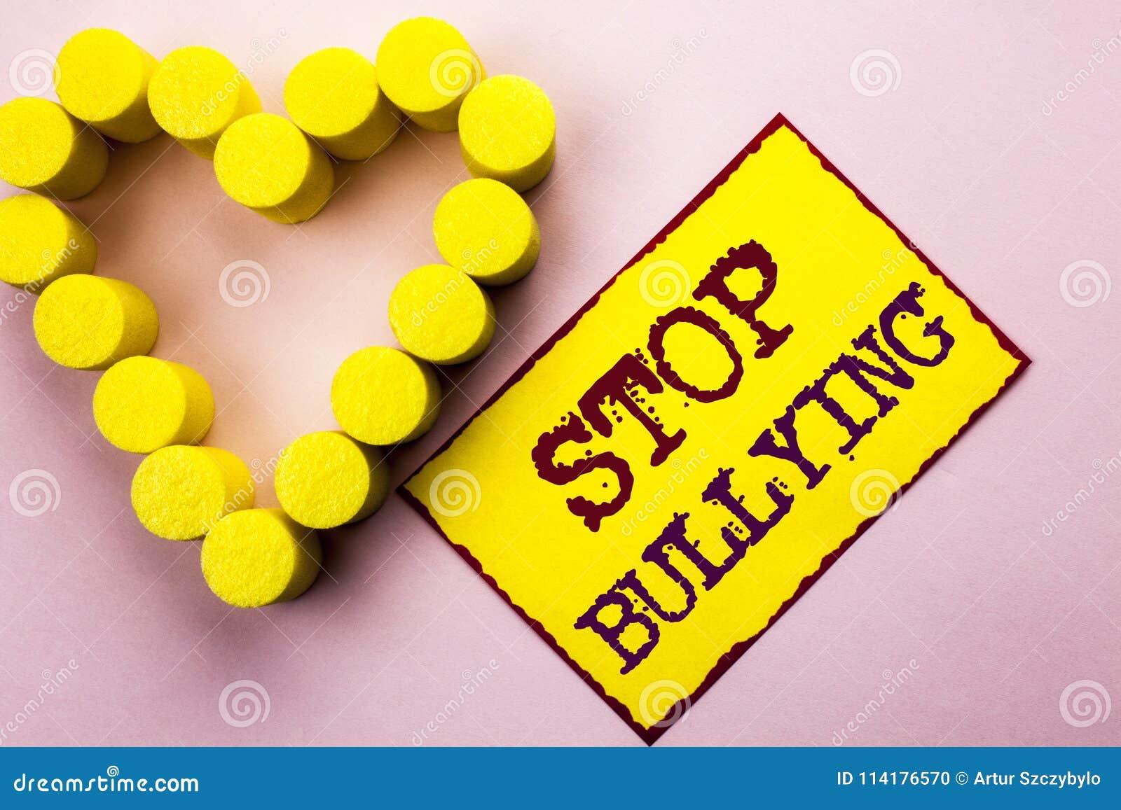Pennalism för stopp för handskrifttexthandstil Begreppsbetydelsen fortsätter inte att skrämma för anfall för missbrukmobbningagre