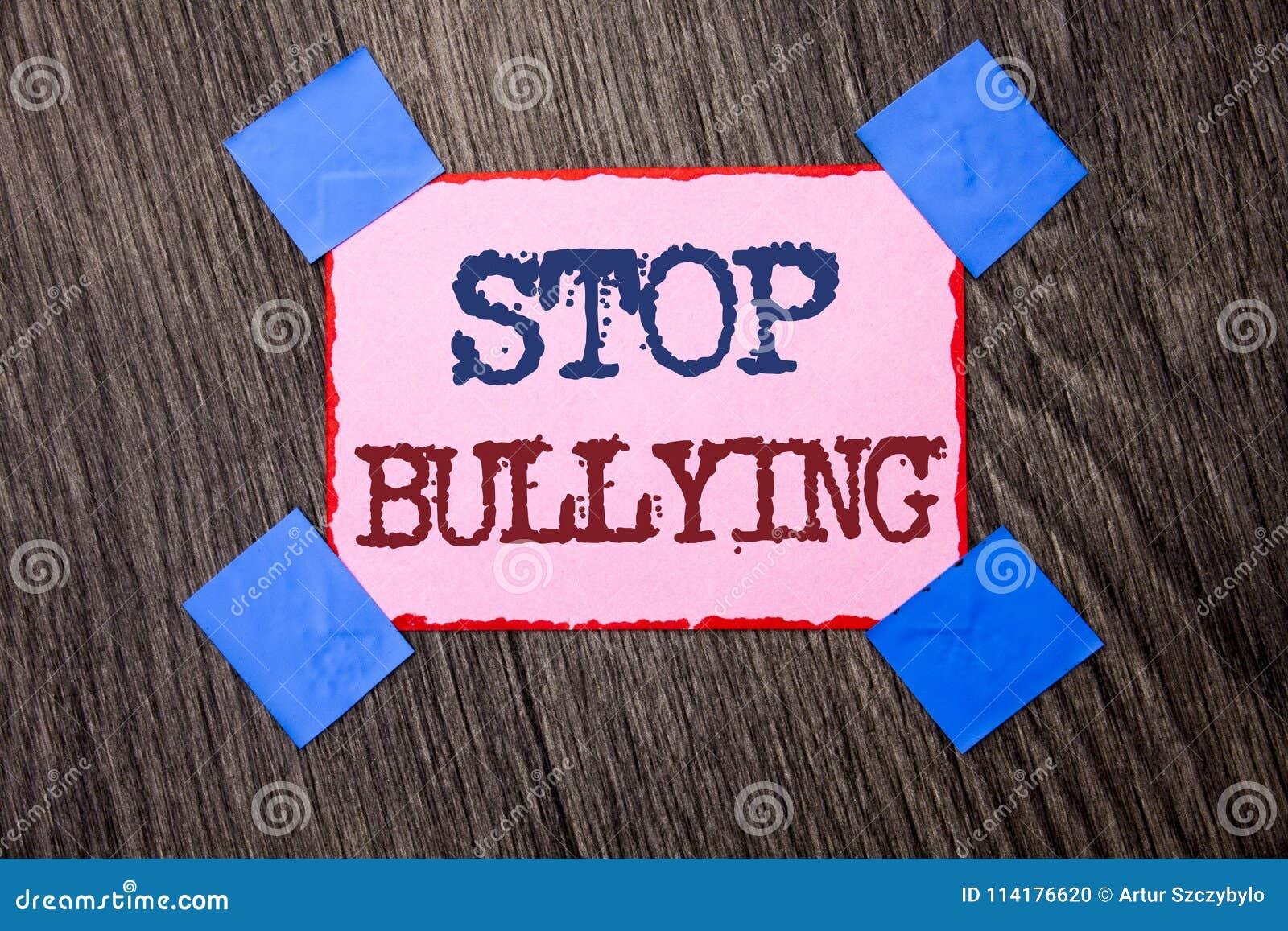 Pennalism för stopp för textteckenvisning Det begreppsmässiga fotoet fortsätter inte att skrämma för anfall för missbrukmobbninga