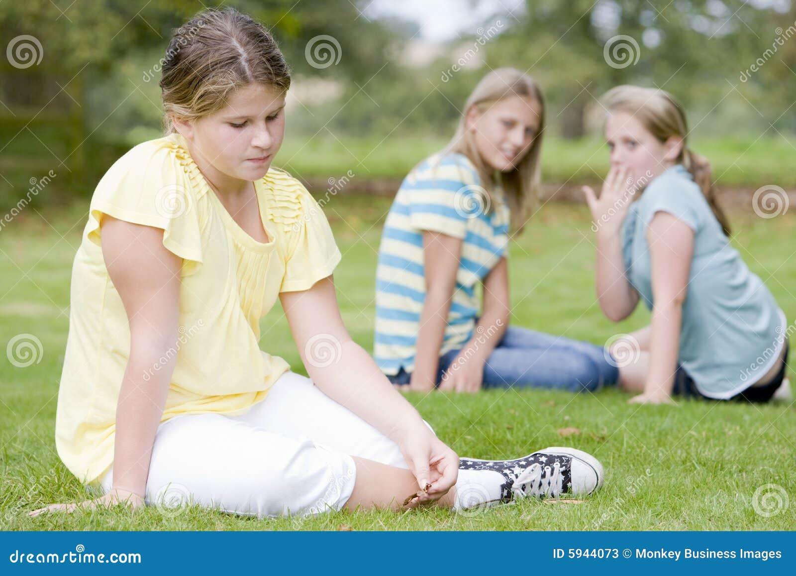 Pennalismflickaflickor annan utomhus två barn
