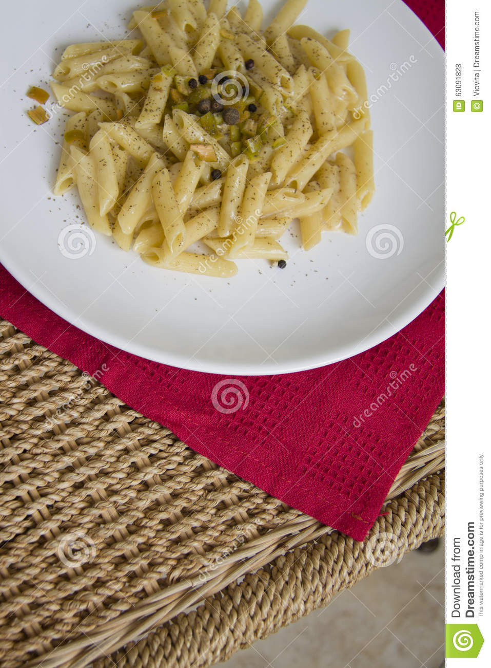 Download Penne chaud de fromage photo stock. Image du déjeuner - 63091828