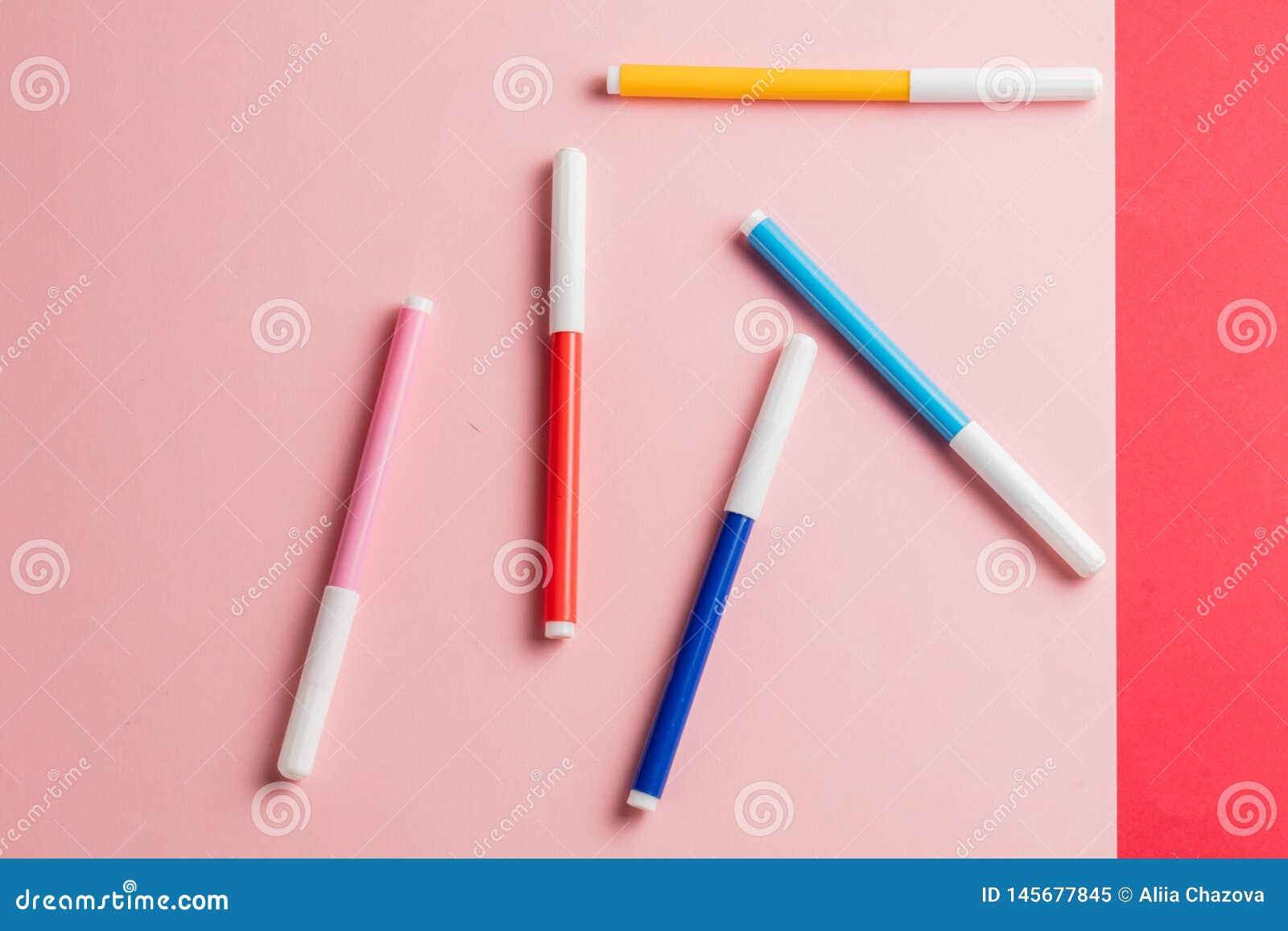 Penne differenti di morbido punta che si trovano sulla tavola