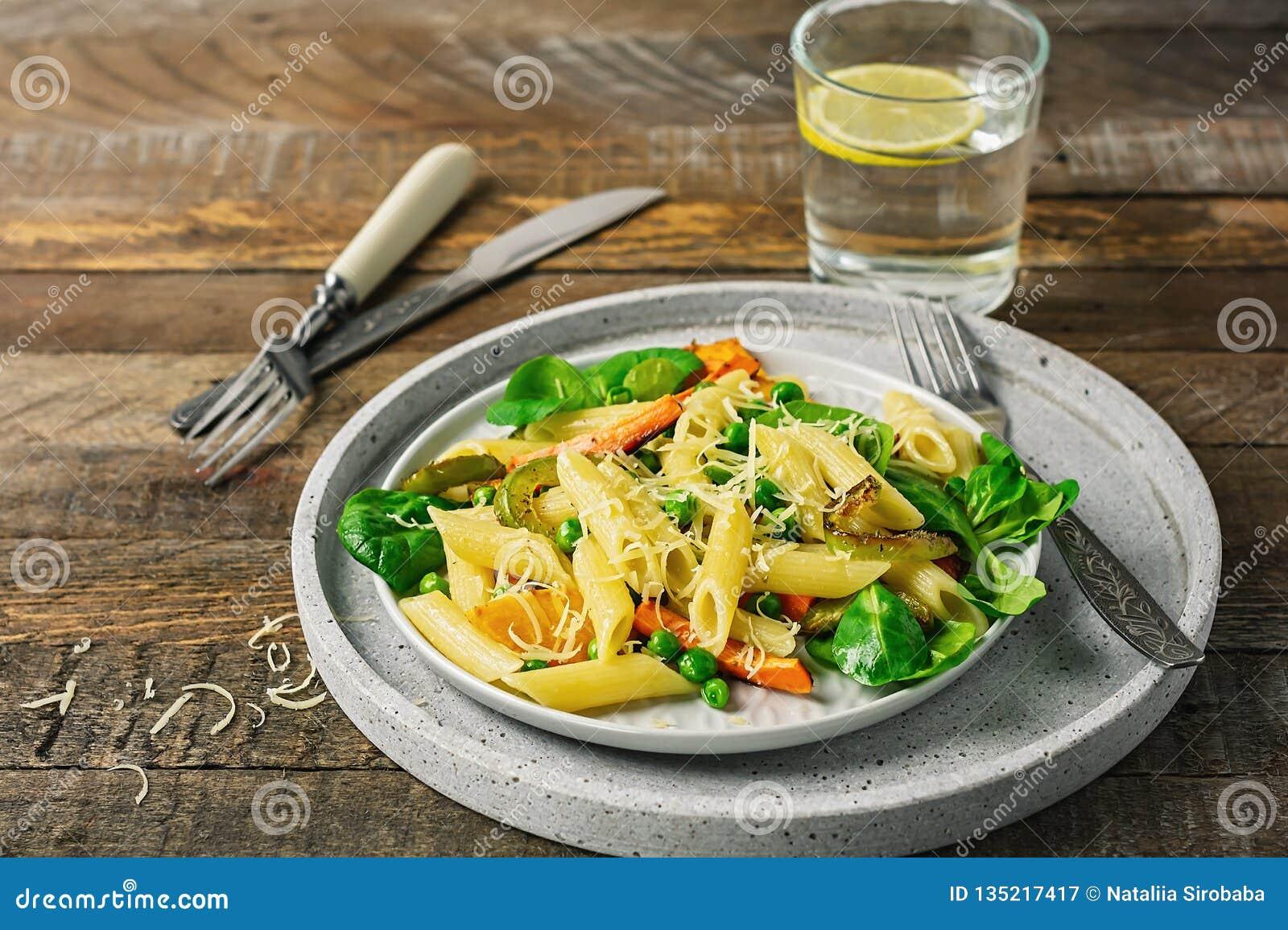 Penne pasta med grillade grönsaker