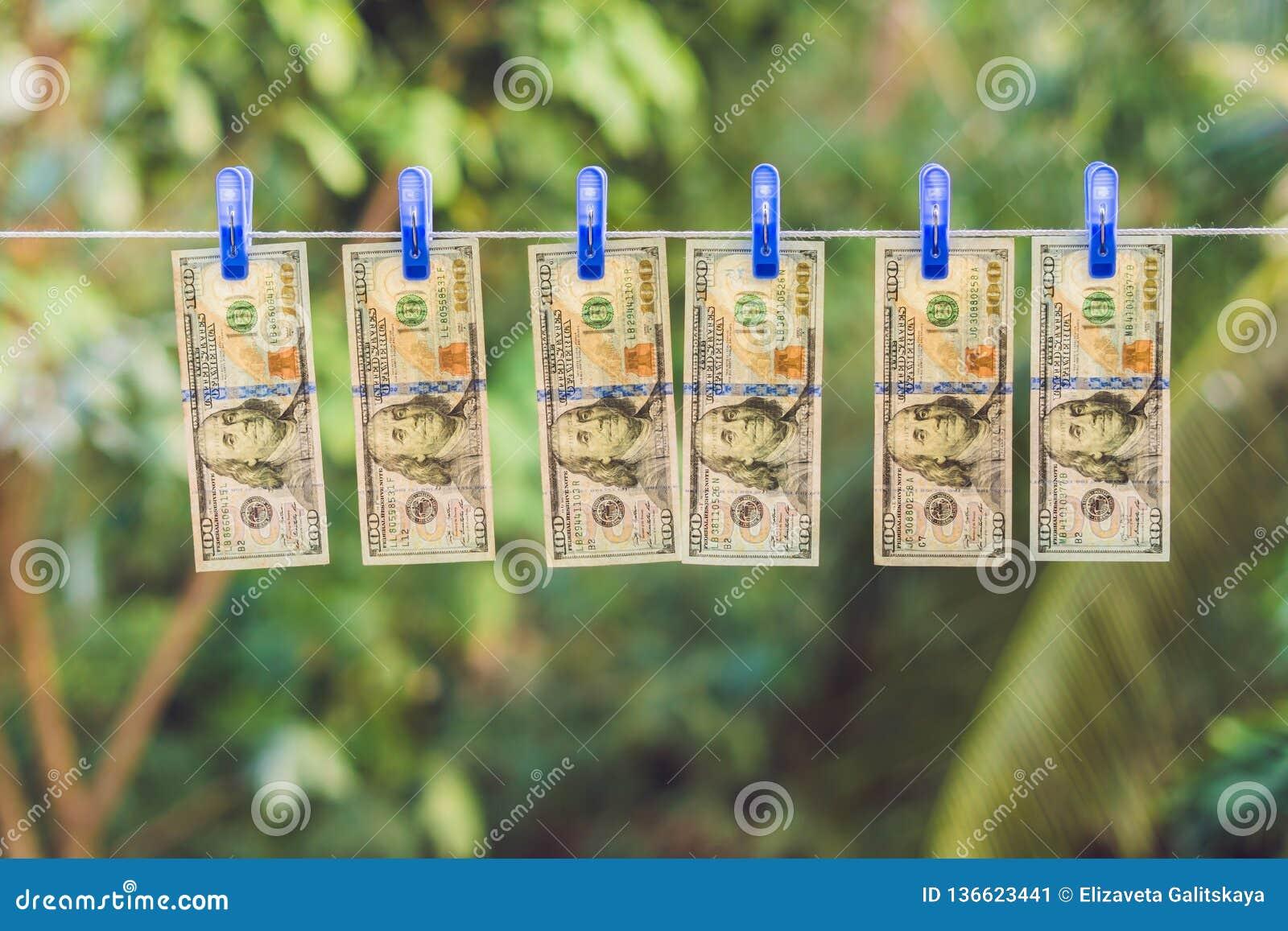 PenningtvättUS dollar som ut hängs för att torka