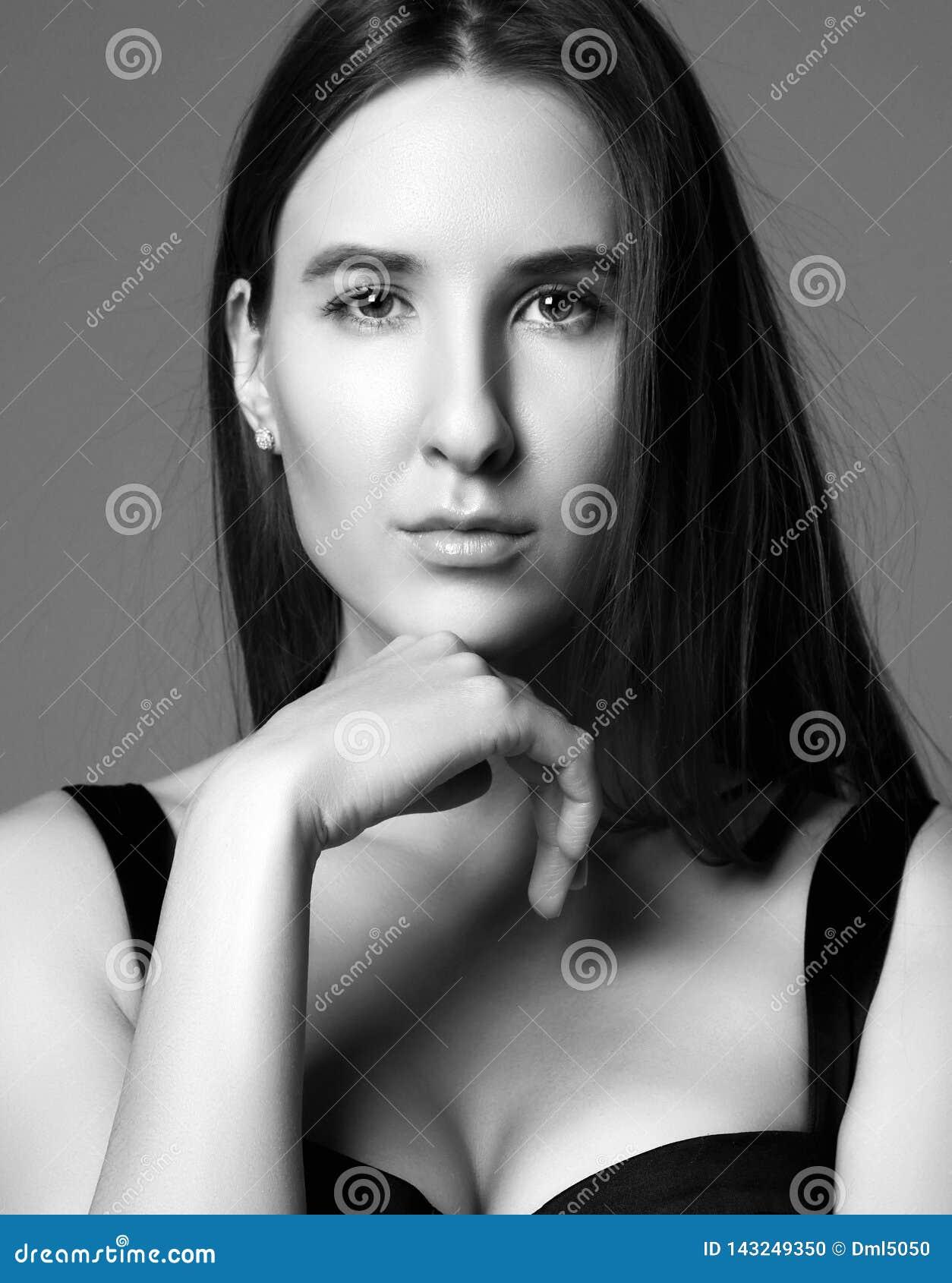 Pensée se reposante de jeune belle fille de hippie sexy dans peu de robe noire Rebecca 36
